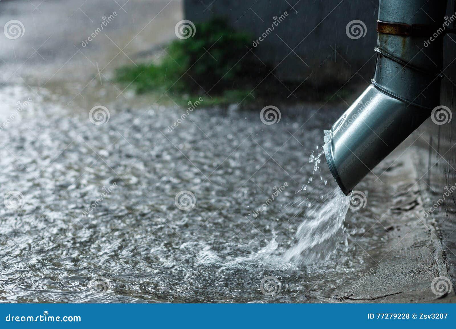 Agua de lluvia que fluye de bajada de aguas del metal - Agua de lluvia ...