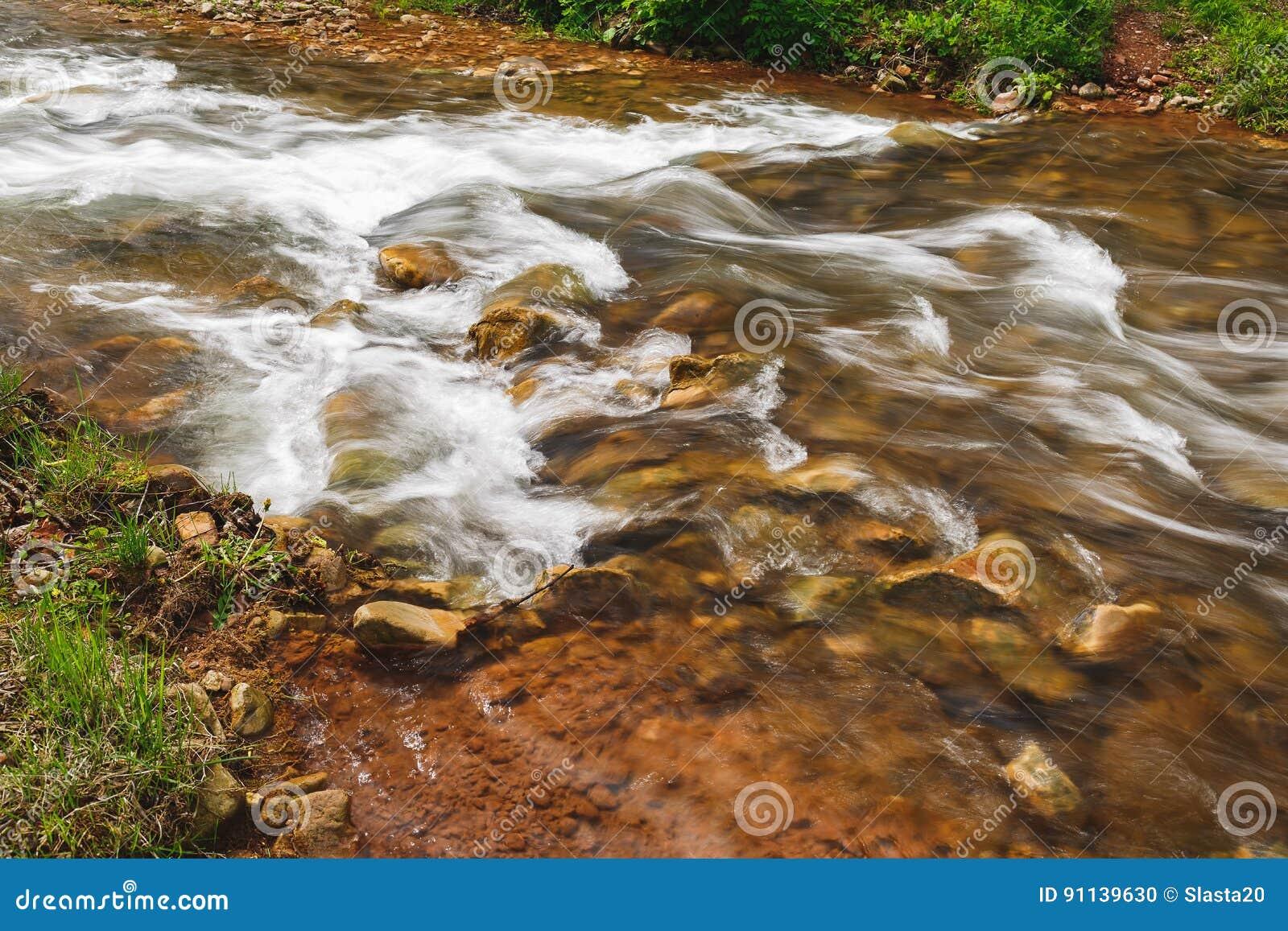 Agua de río rápida, cierre para arriba