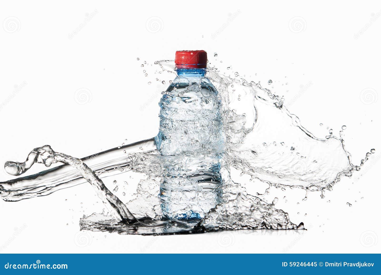 Agua Pequeña botella de agua plástica con descensos y chapoteo del agua encendido