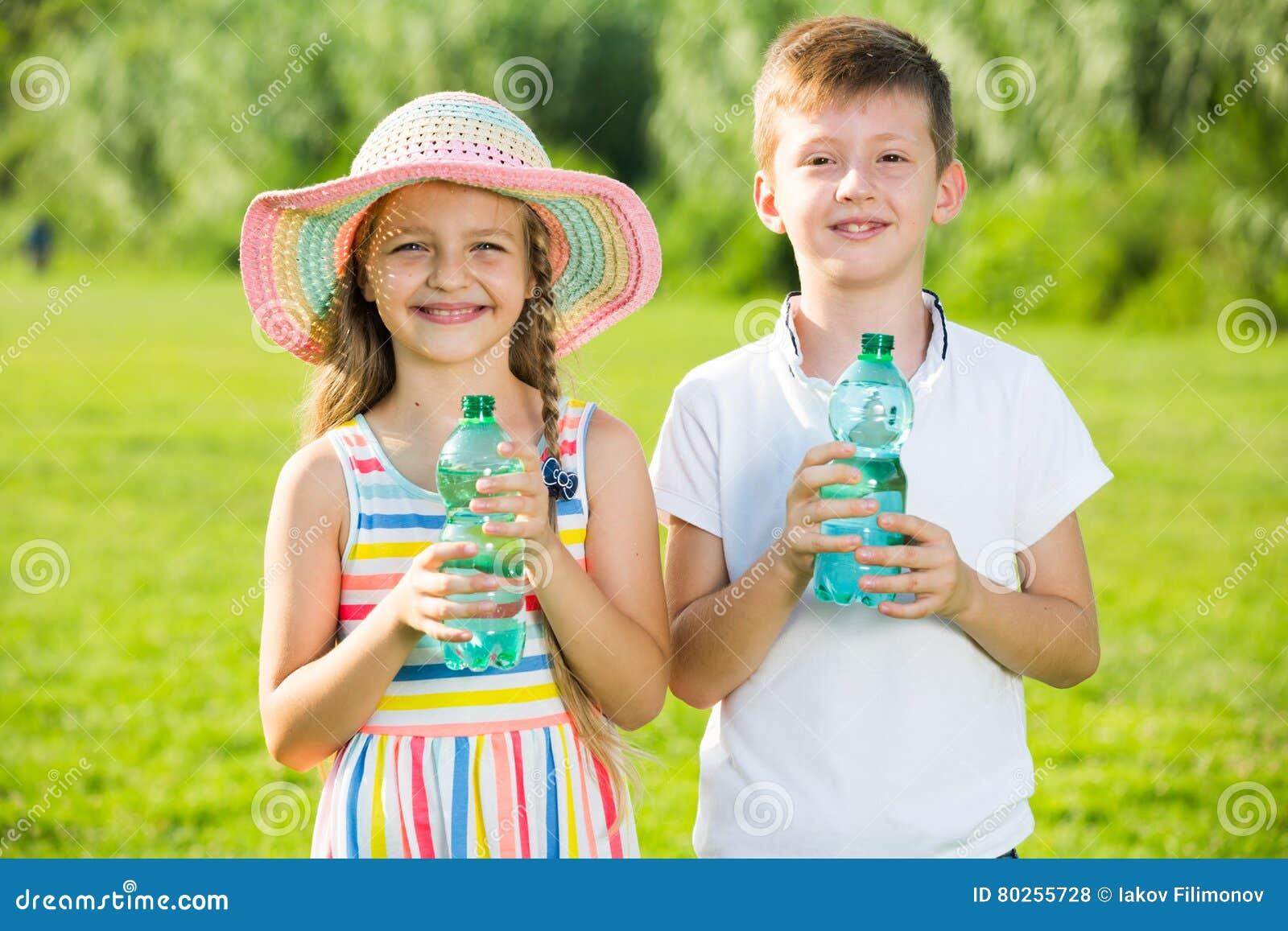 Agua potable de dos niños
