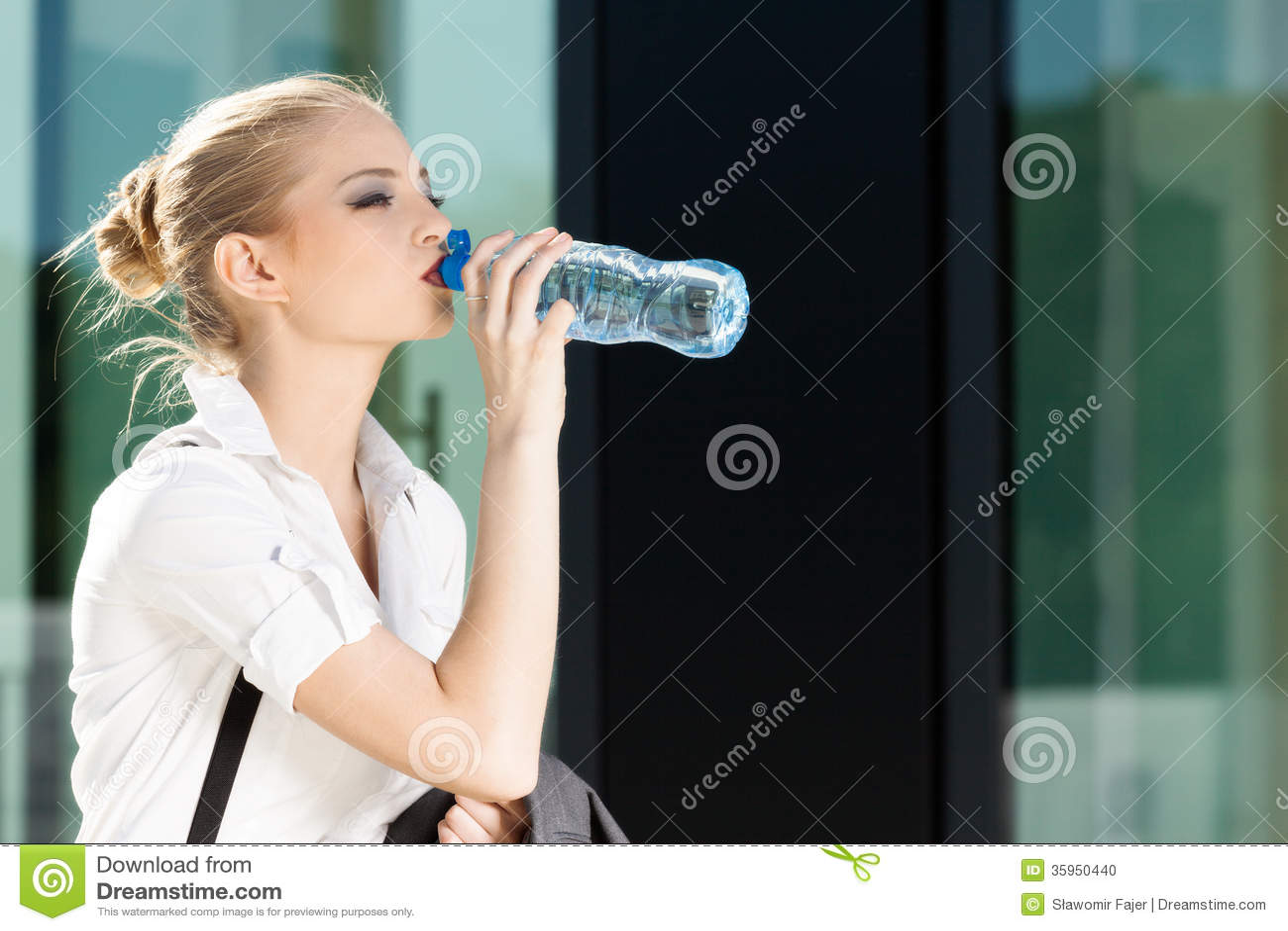 Agua potable de la empresaria de una pequeña botella