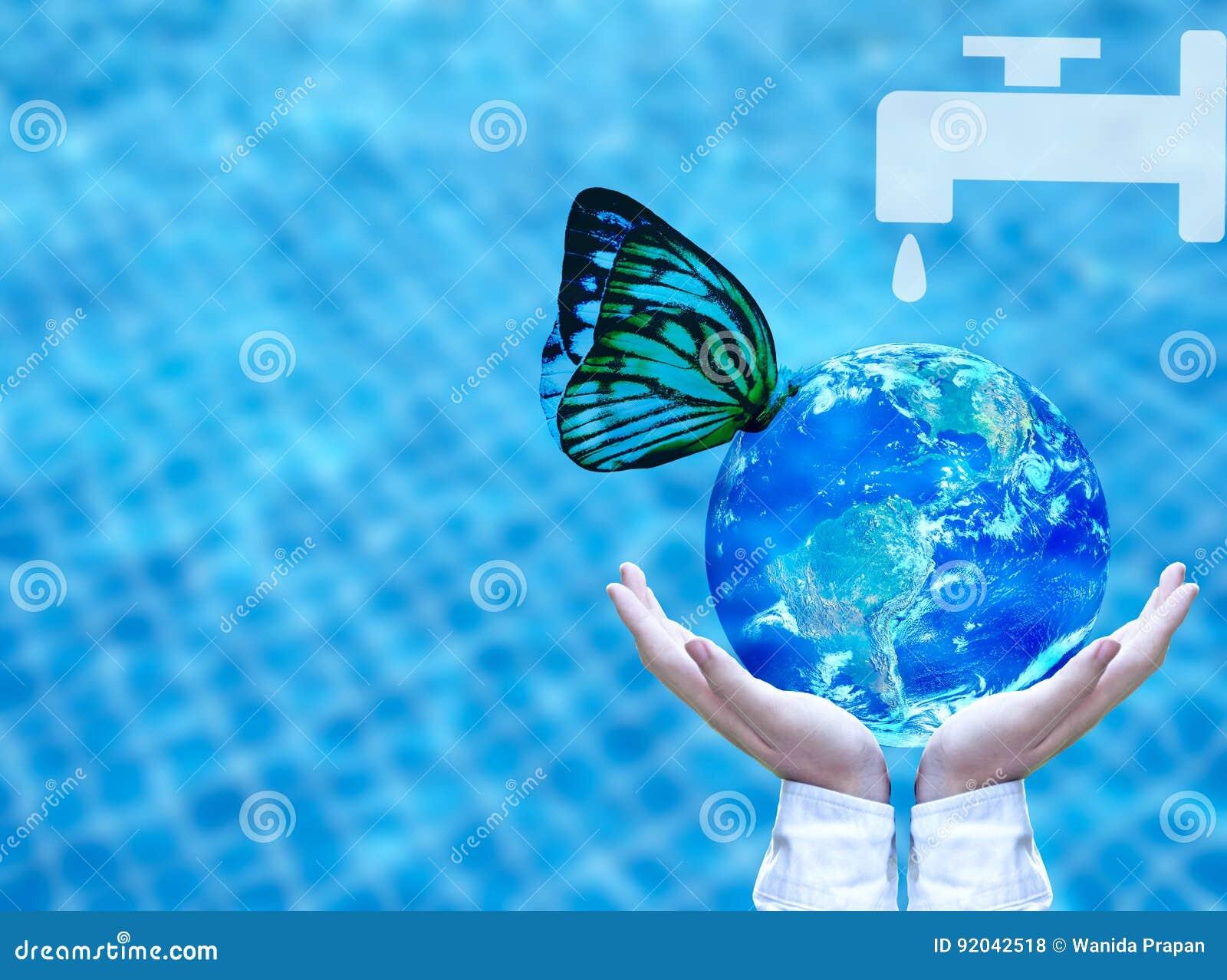 Agua potable de la mariposa del globo azul a mano concepto for Agua potable