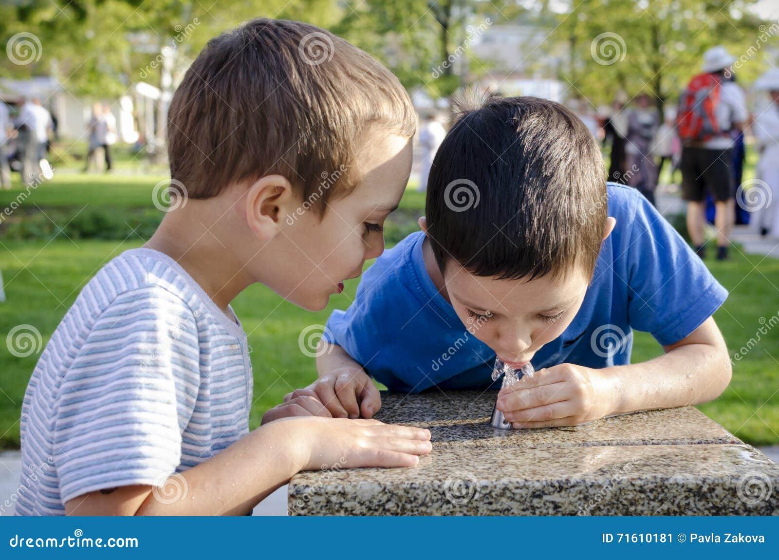 Agua potable de los niños de la fuente
