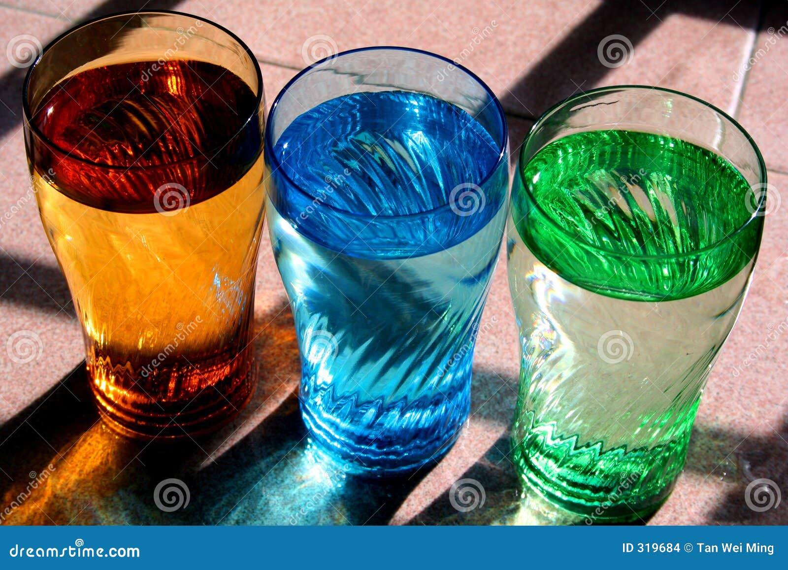 Agua potable en vidrios coloridos