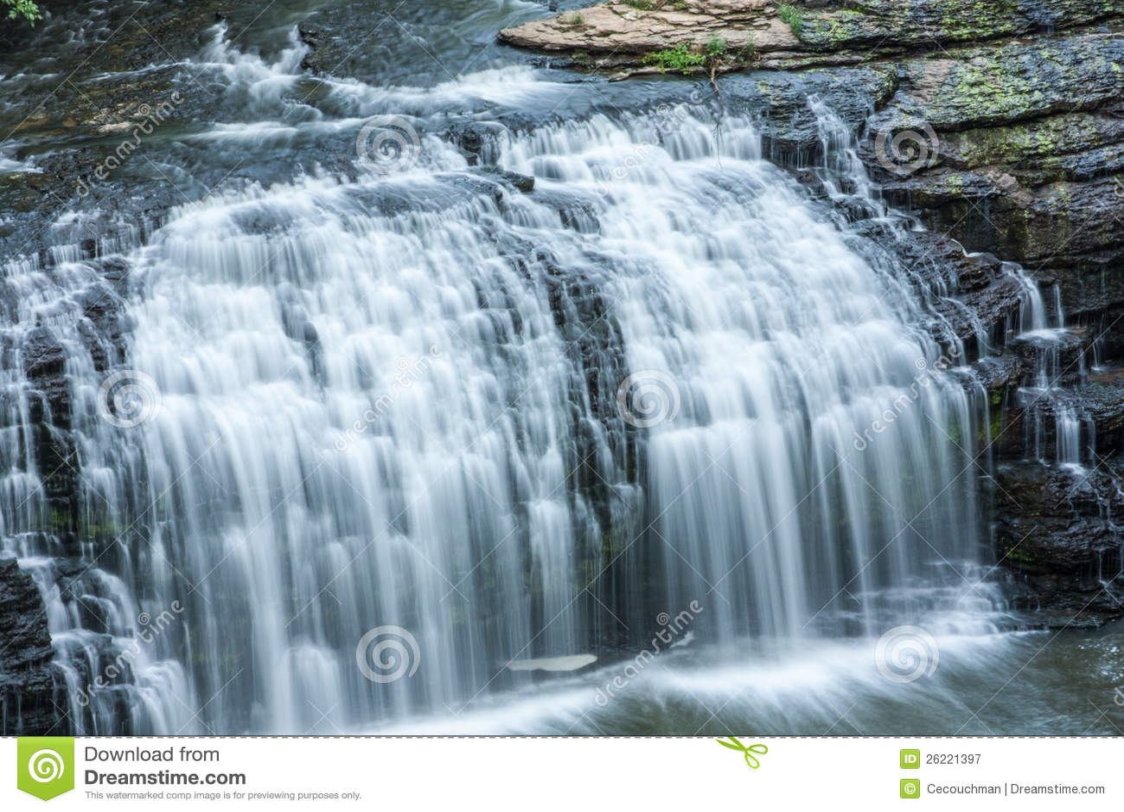 agua que conecta en cascada sobre rocas imagen de archivo