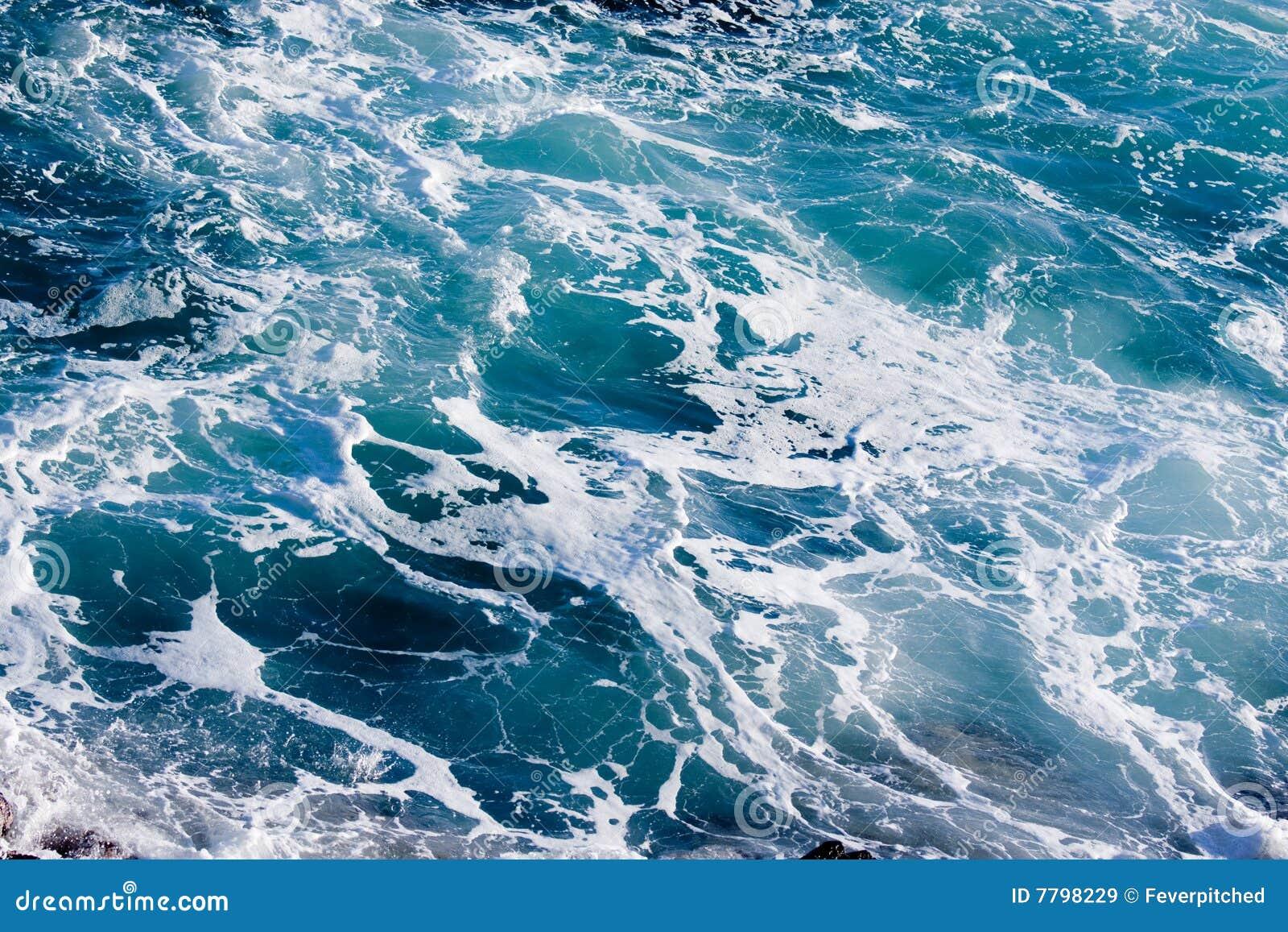 Agua siniestra azul profunda del océano