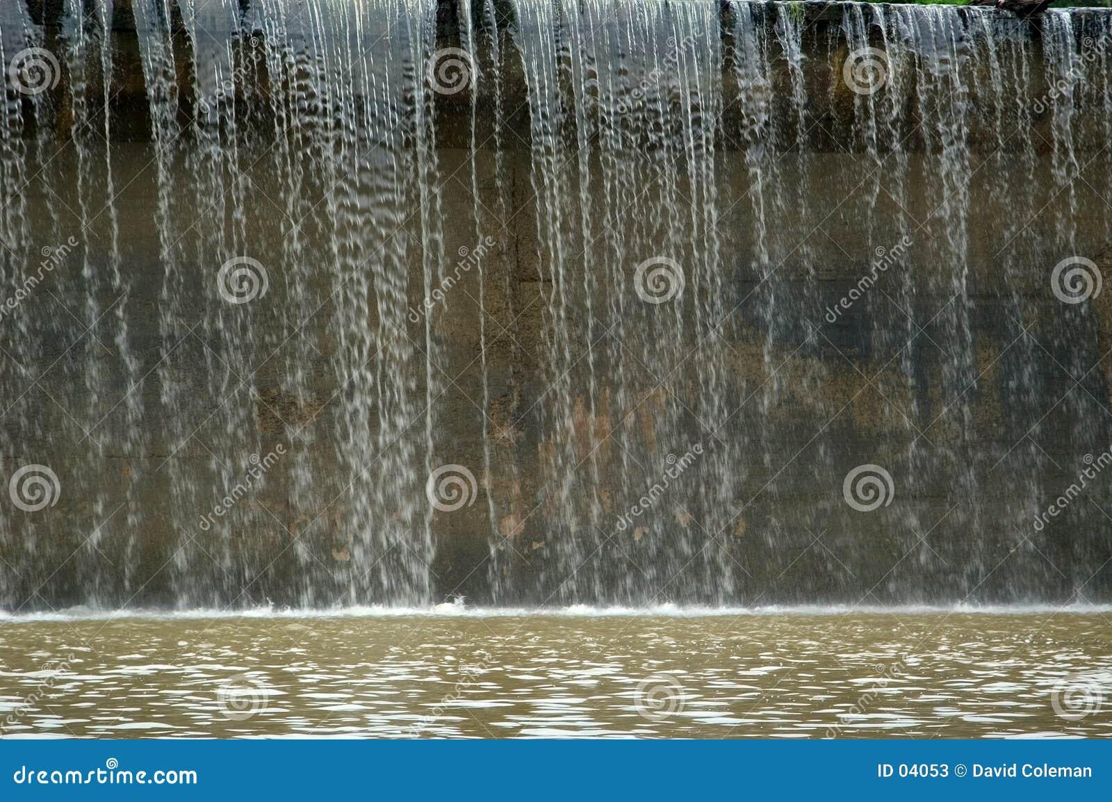 Agua sobre la presa