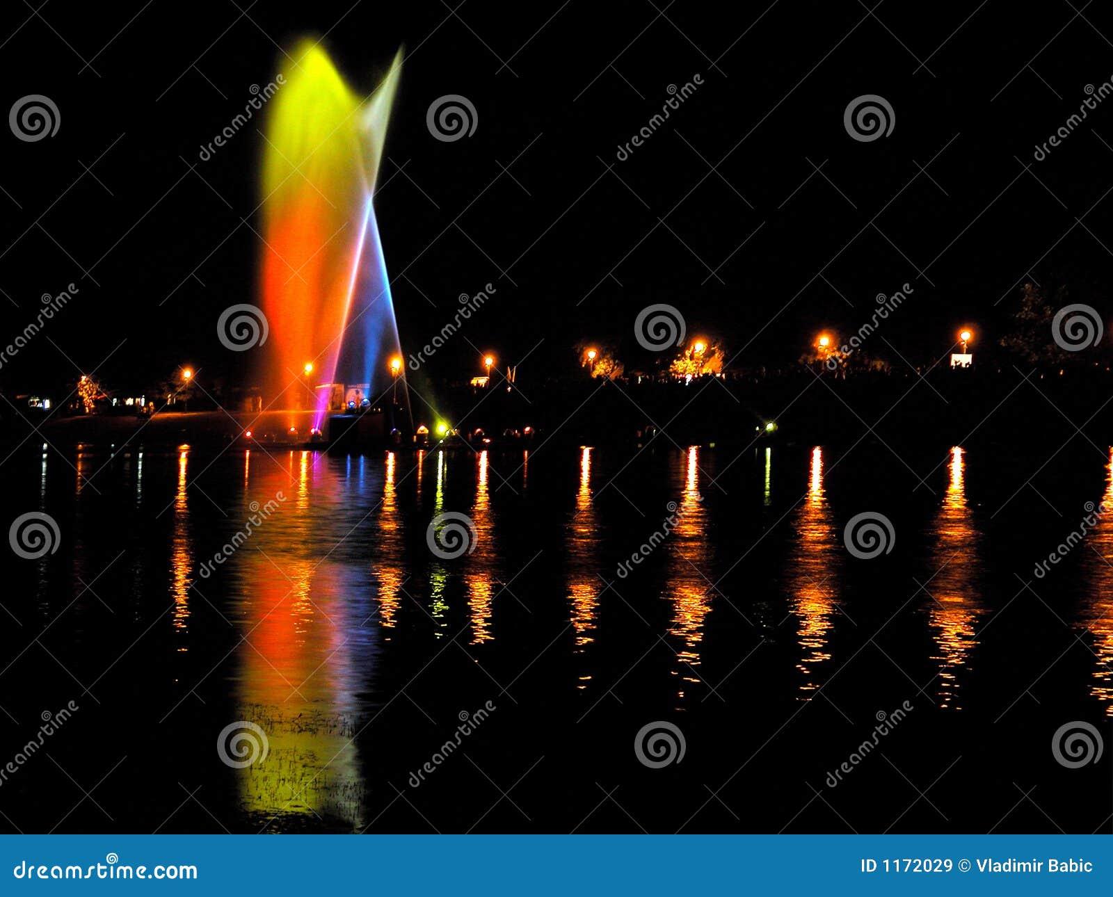 Agua y luz en la noche