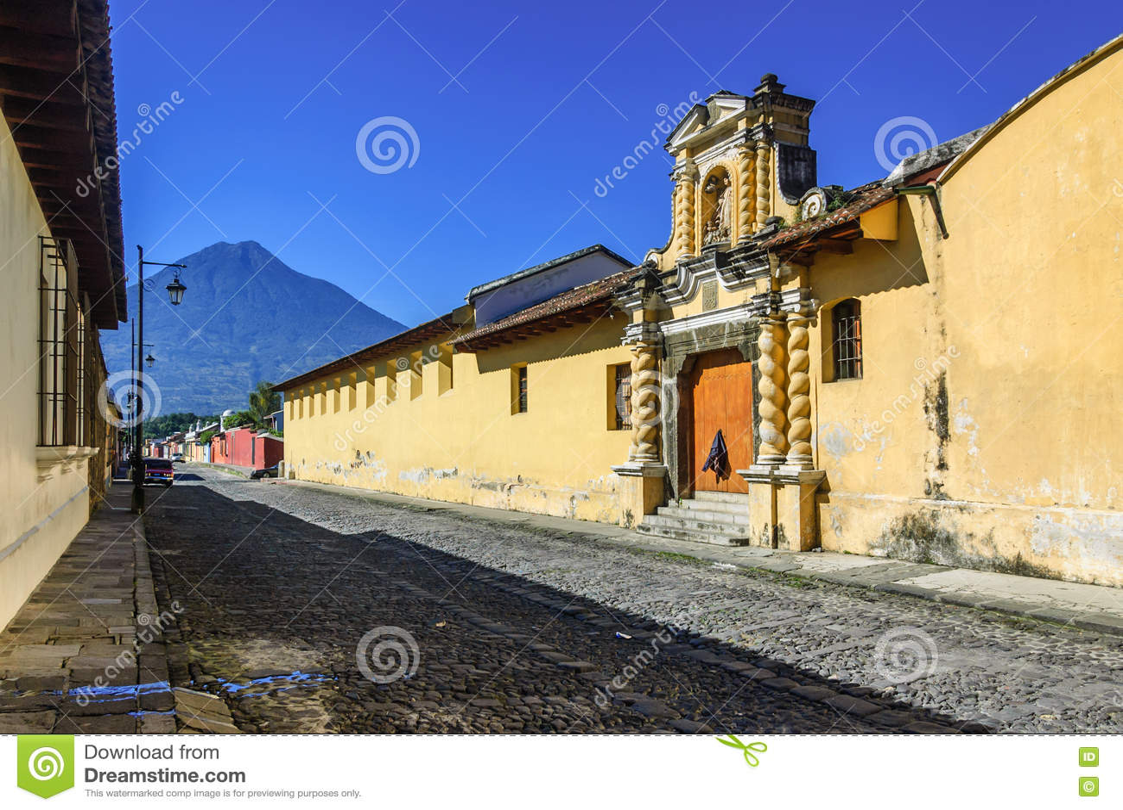 Aguavulkan u. Kopfsteinstraße, Antigua, Guatemala