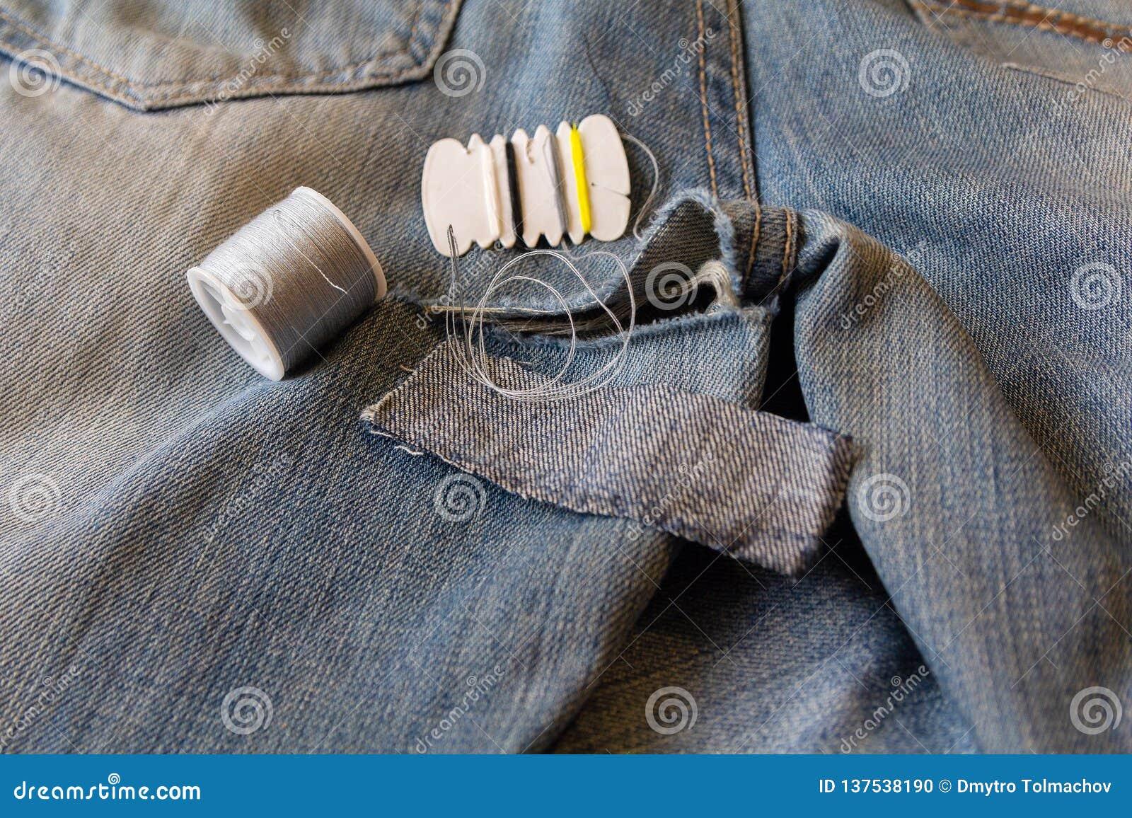 Agujas E Hilo De Costura Bordados En Los Pantalones Del Dril De Algodon Foto De Archivo Imagen De Costura Algodon 137538190
