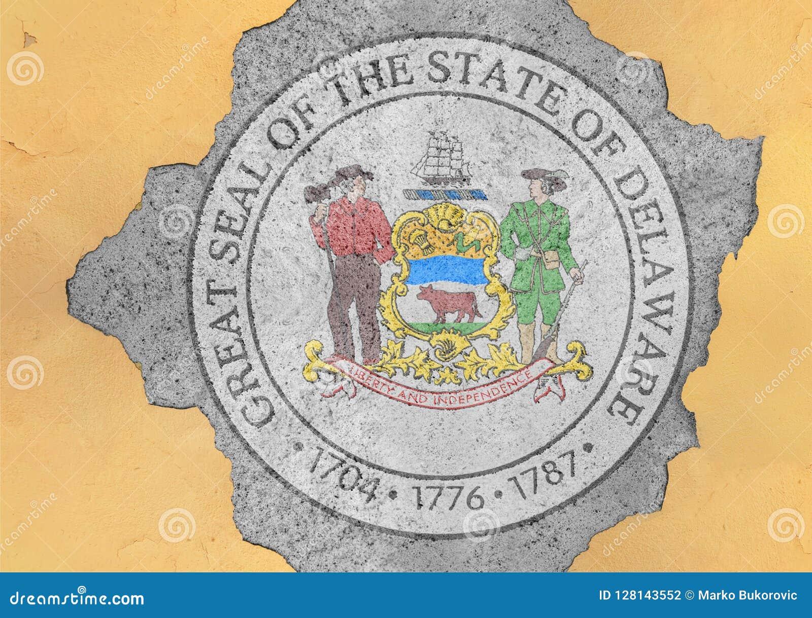 Agujero agrietado con el extracto de la bandera del sello de Delaware del estado de los E.E.U.U. en fachada