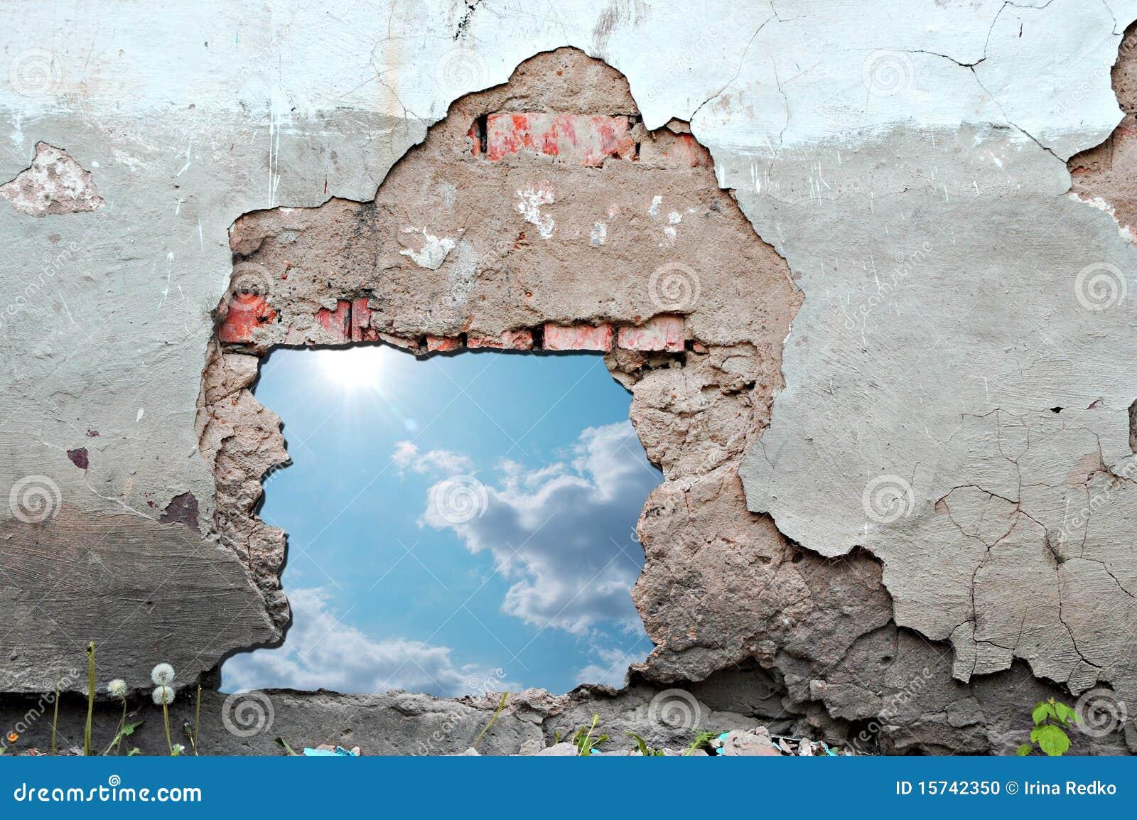 Agujero del cielo azul en pared de ladrillo envejecida - Agujero en la pared ...