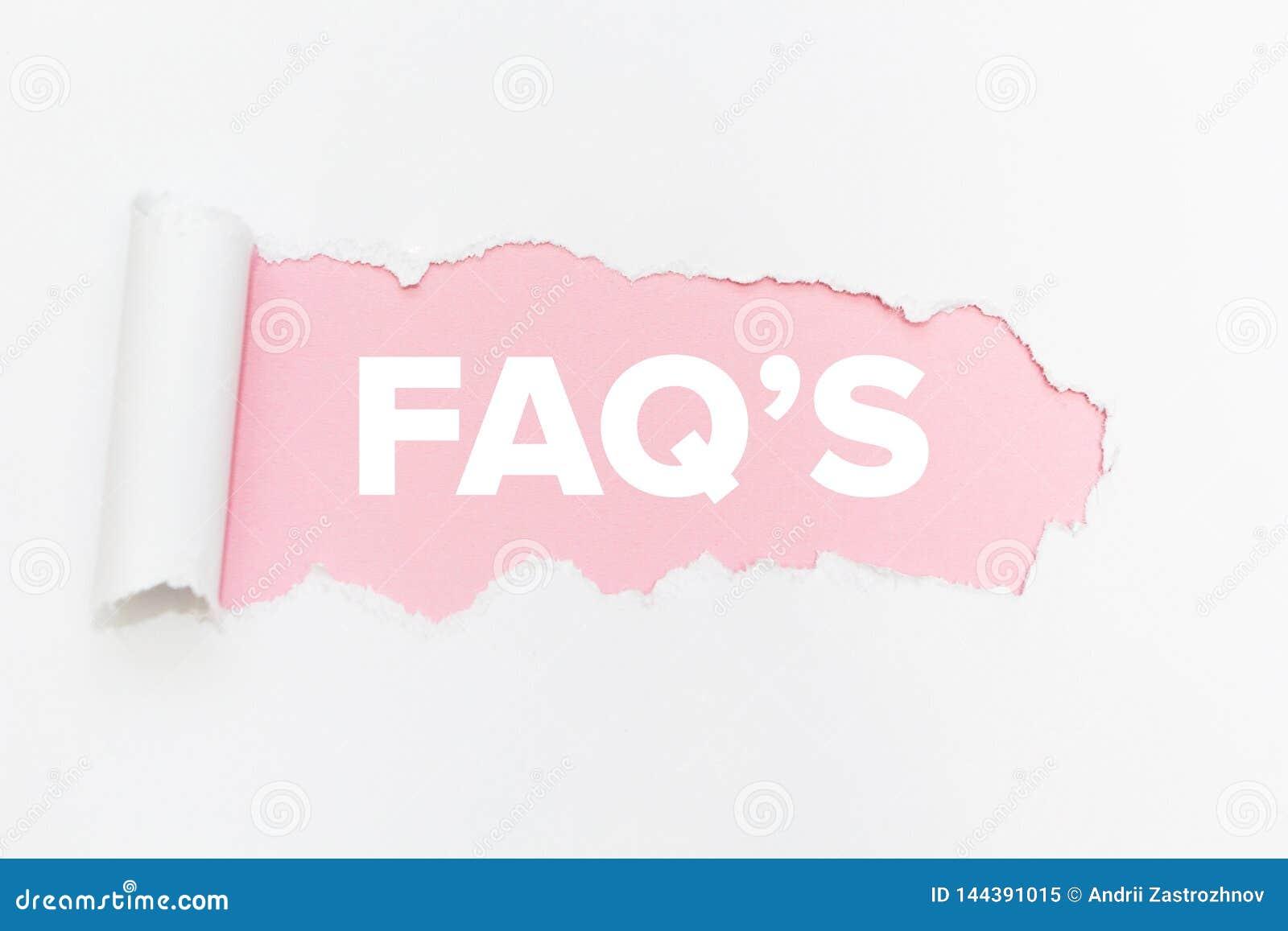 Agujero del papel de la brecha en fondo blanco aislado Preguntas m?s frecuentes