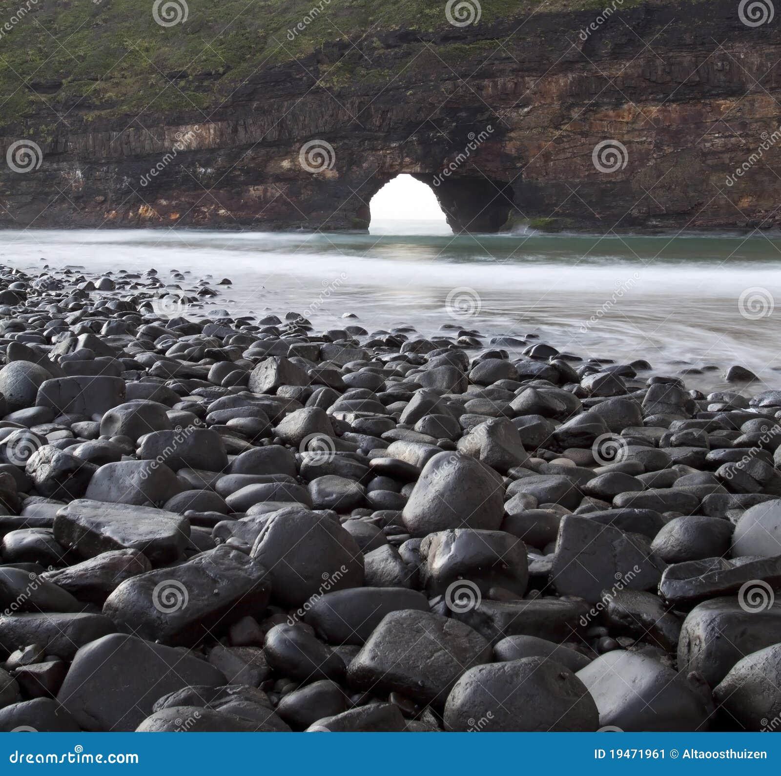 Agujero en las rocas mojadas del paisaje de la pared - Agujero en la pared ...