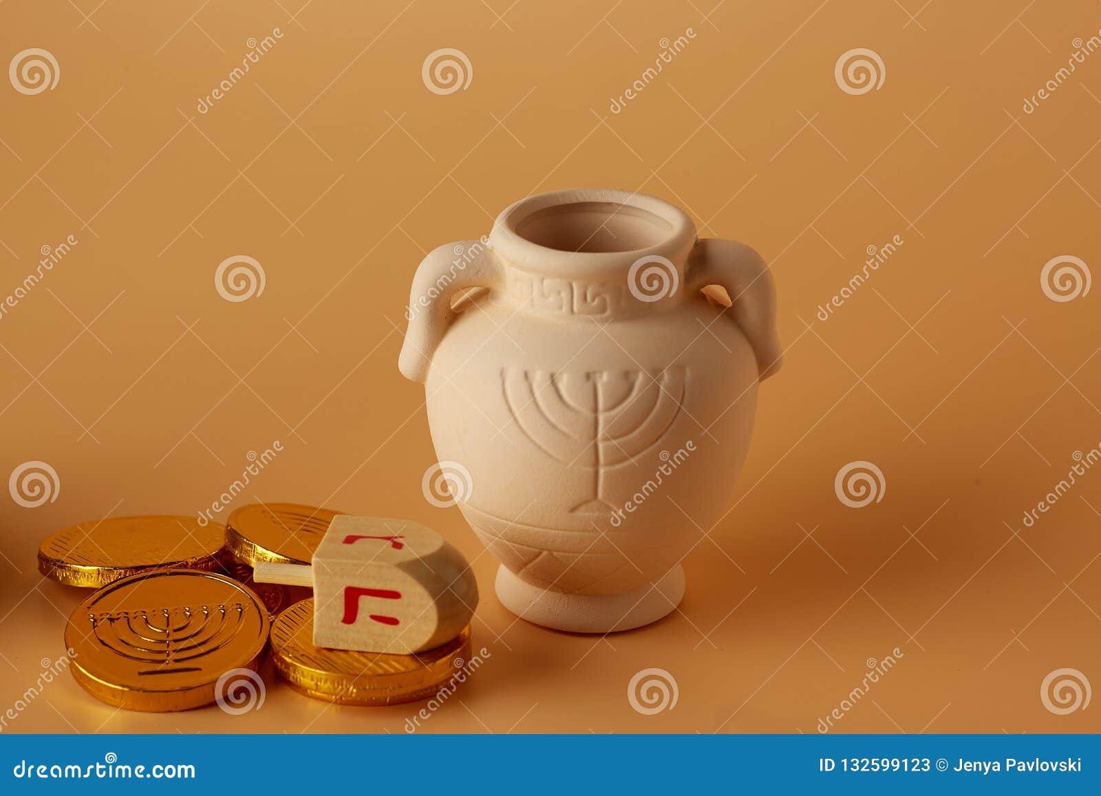 Ah gelt, pieniądze lub monety z Hanukkah dreidel i Hanukkah gliny dzbankiem Przekład: Szczęśliwi wakacje