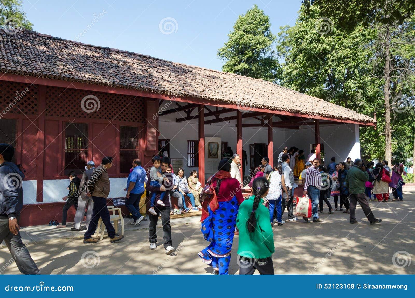 Ahmedabad, Índia - 28 de dezembro de 2014: Casa da visita do turista de Mahatma e de Kasturba Gandhi no Ashram de Sabarmati