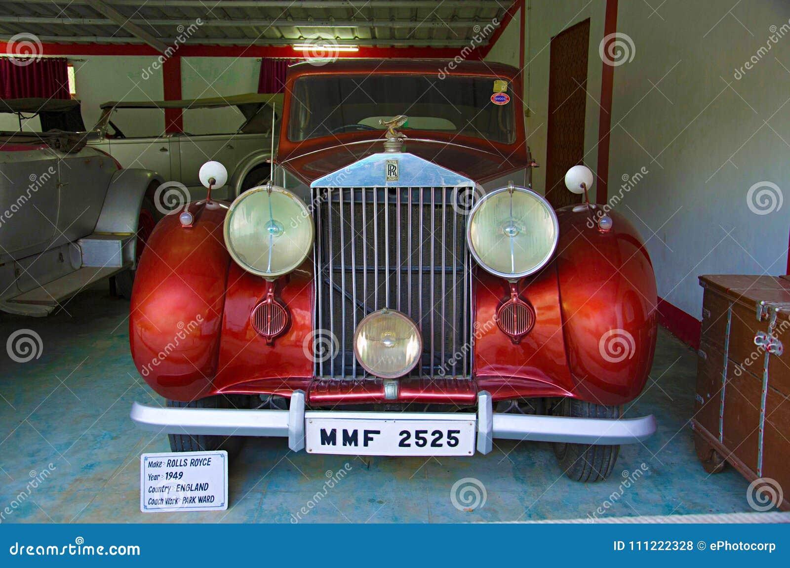AHMEDABAD, GUJARAT, ÍNDIA - em junho de 2017, close-up da parte dianteira de Rolls Royce Year 1949, trabalho do treinador - estac