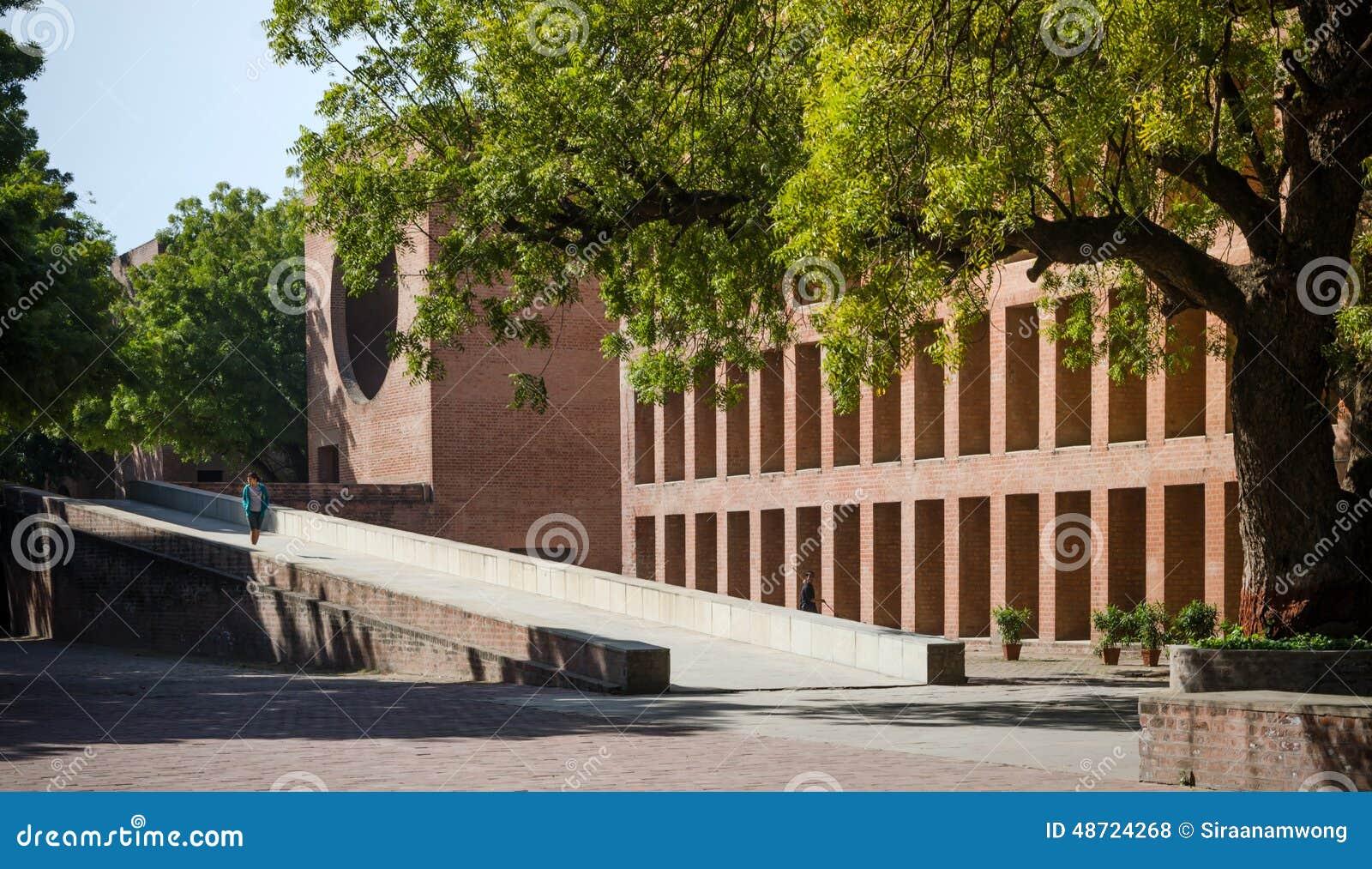 Ahmedabad, Inde - 26 décembre 2014 : Étudiants universitaires asiatiques à l institut indien de la gestion Ahmedabad