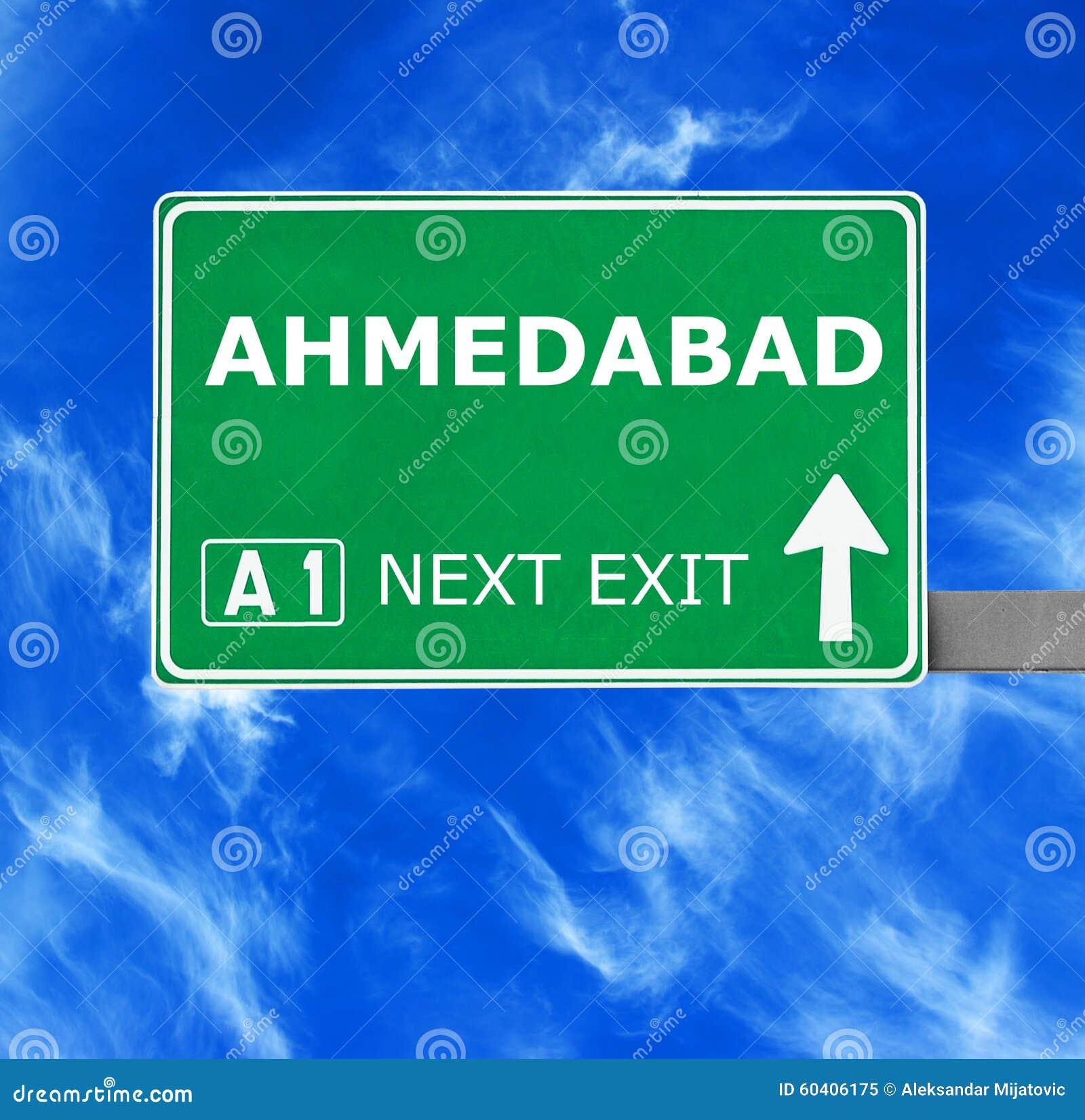 AHMEDABAD vägmärke mot klar blå himmel