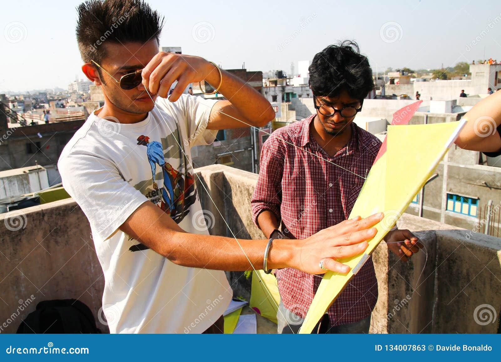 Ahmenabad, India - 8 januari 2017: de jonge jongens verzamelen zich boven daken voorbereidingen treffend om te vieren traditionee