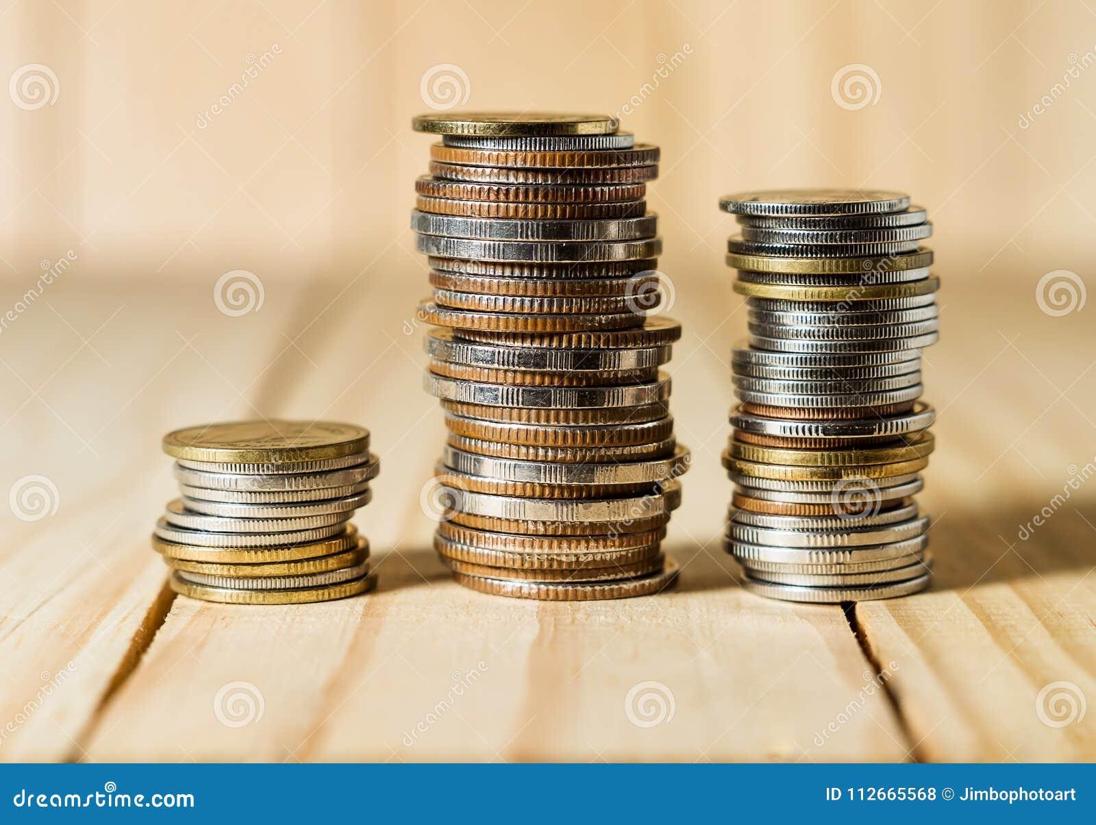 Ahorre el dinero y considere las actividades bancarias concepto del negocio de las finanzas