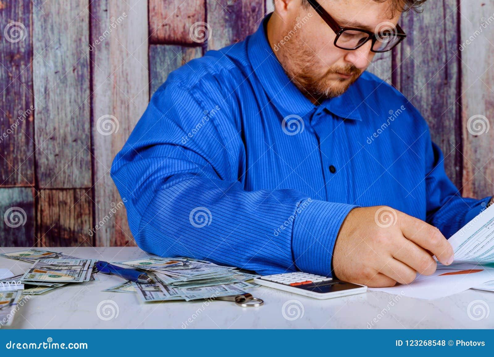 Ahorros, finanzas, economía y cierre casero del concepto para arriba del hombre con la calculadora que cuenta el dinero y que hac