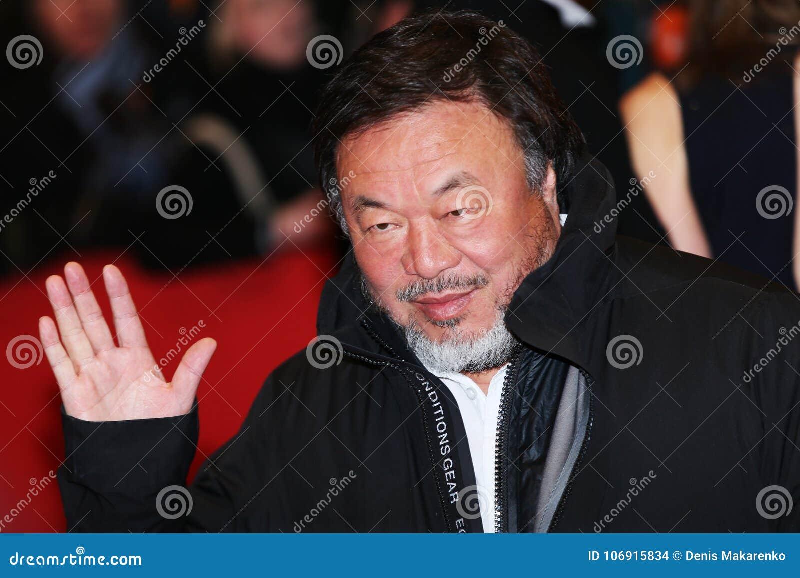 Ai Weiwei pozy na czerwonym chodniku