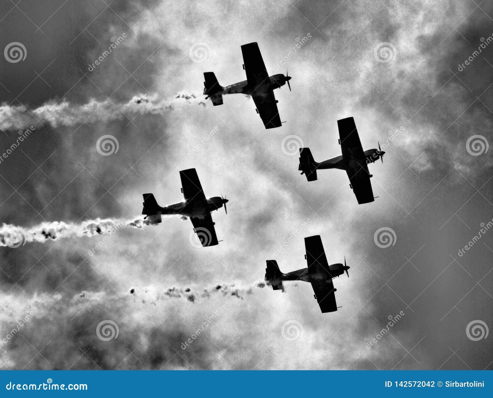 Aicraft acrobatici dell elica di quattro pistoni contro il sole