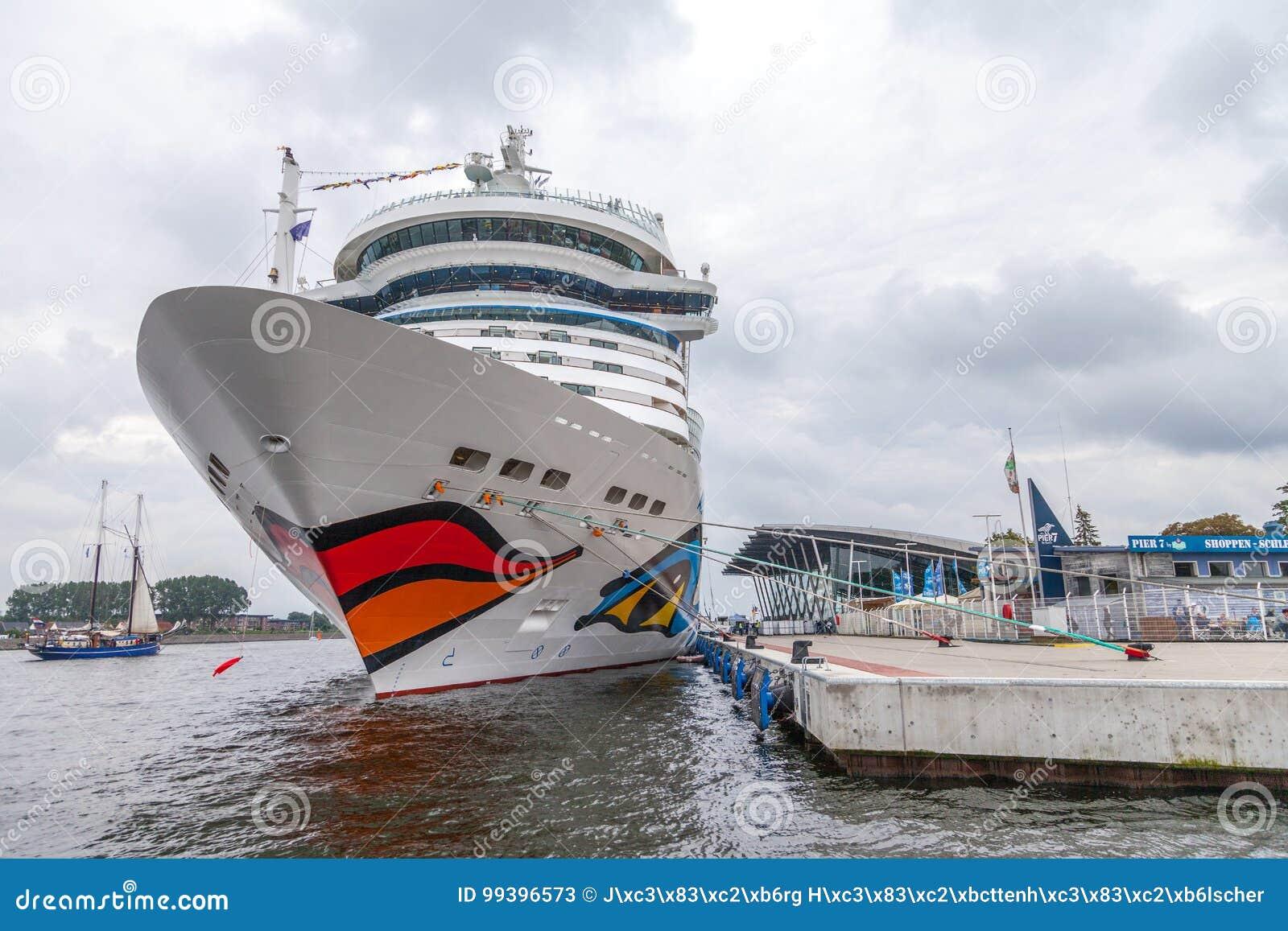 AIDA mars se trouve sur le port à la voile publique de hanse d événement