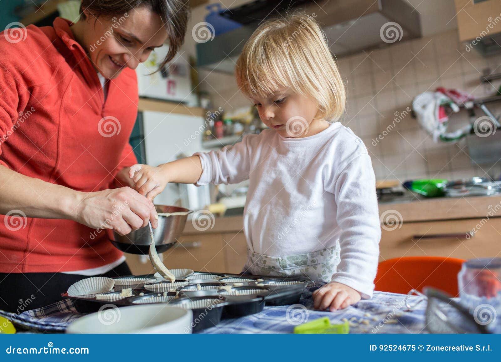 Aide de fille de b b faisant cuire avec sa maman dans la for Asticots dans la cuisine