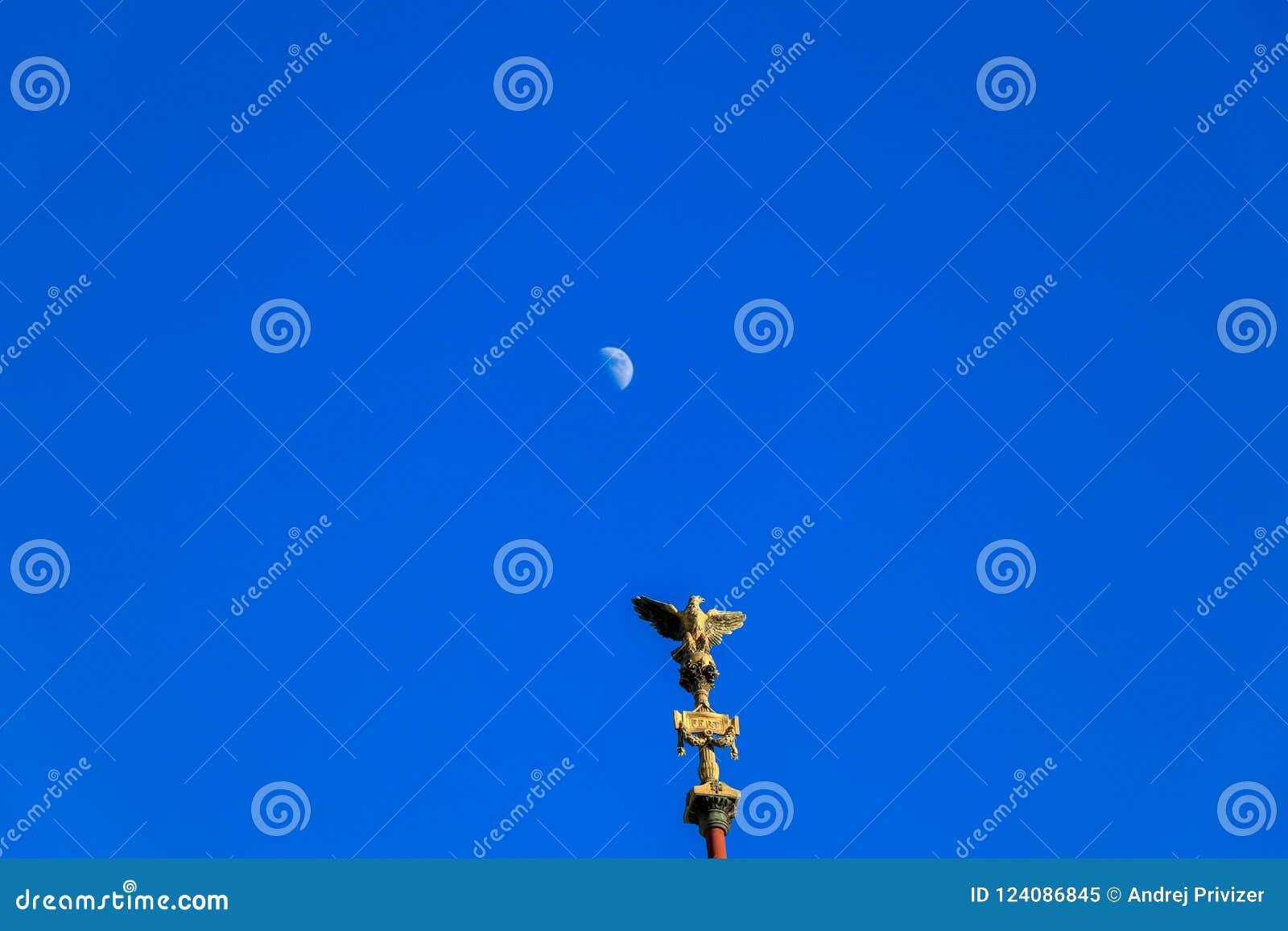 Aigle romain et la lune sur le fond bleu