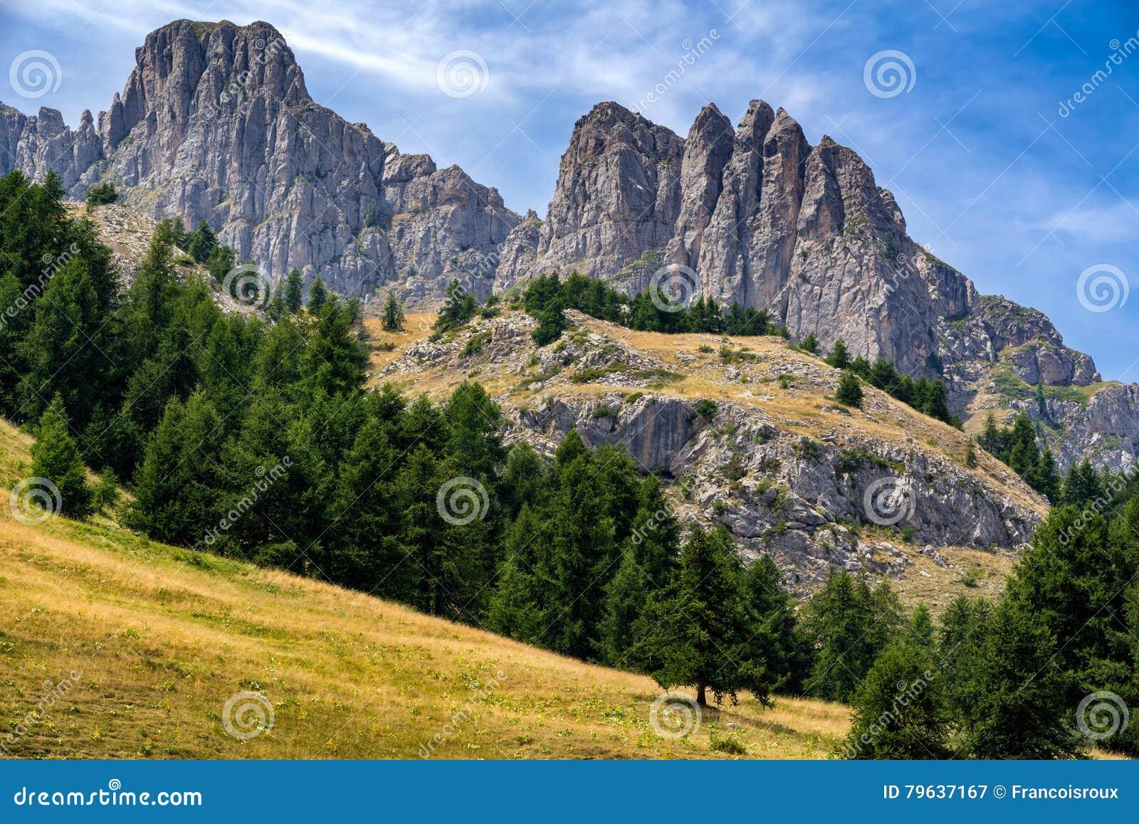 Aiguilles de Chabrieres enarbola en el verano, montañas meridionales, Francia