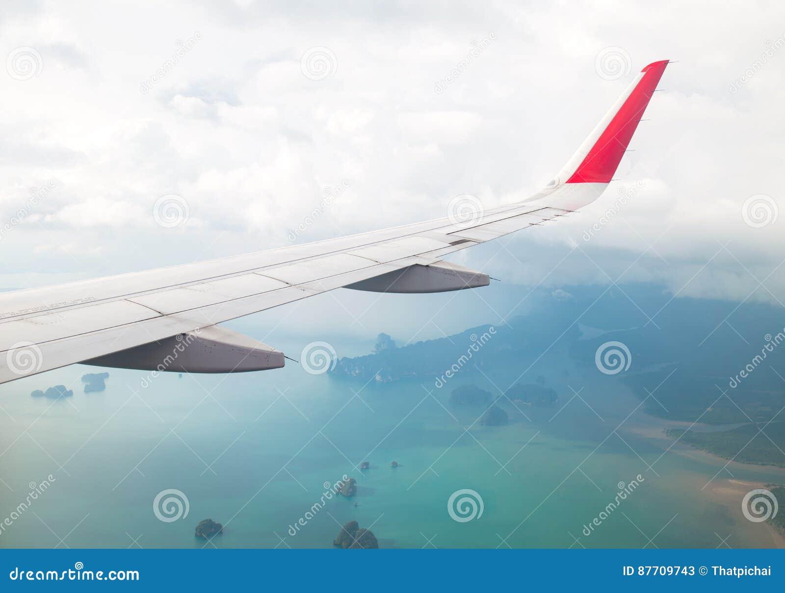 Aile d un vol d avion au-dessus de l océan