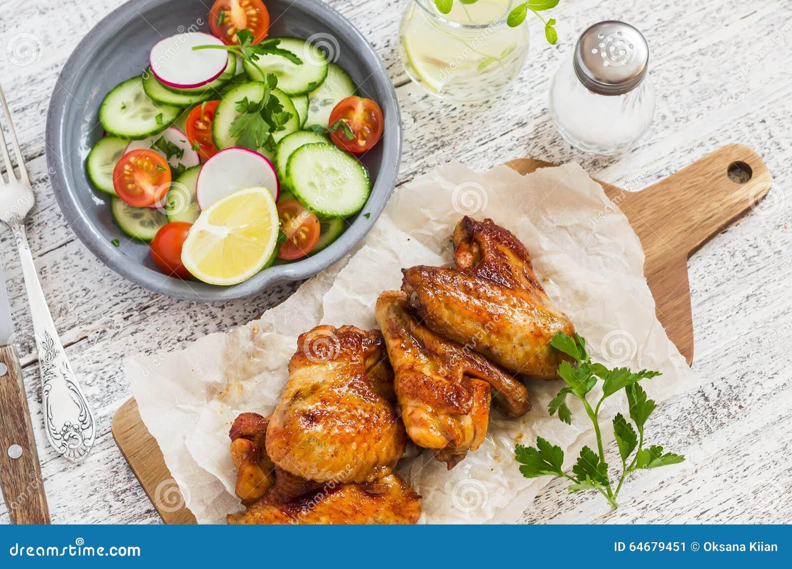 Ailes de poulet épicées et salade de légume frais