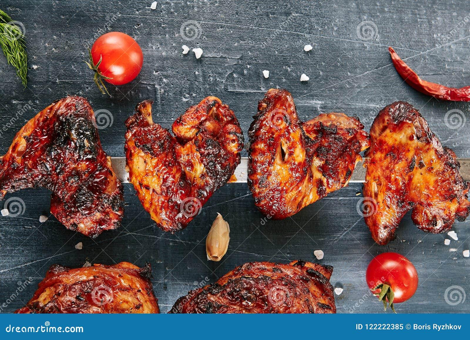 Ailes de poulet épicées profondément rôties de Buffalo sur une brochette