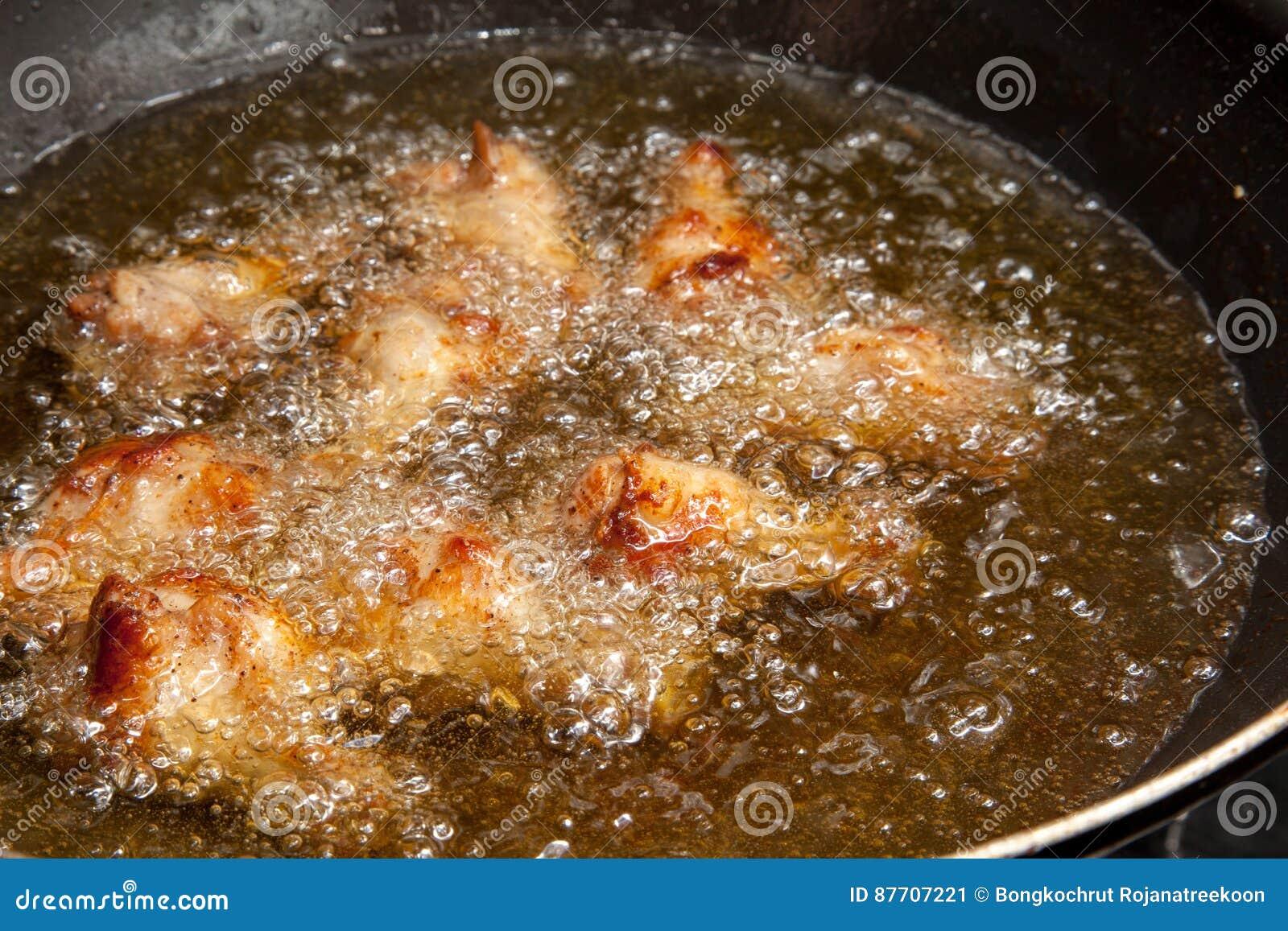 Ailes de poulet frit dans la casserole