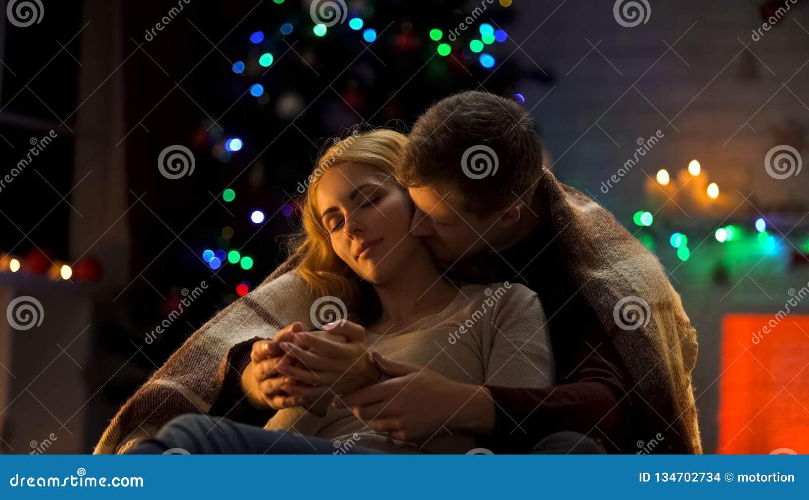 Aimant Noël de dépense de couples ensemble, l homme embrassant et embrassant la dame rêveuse