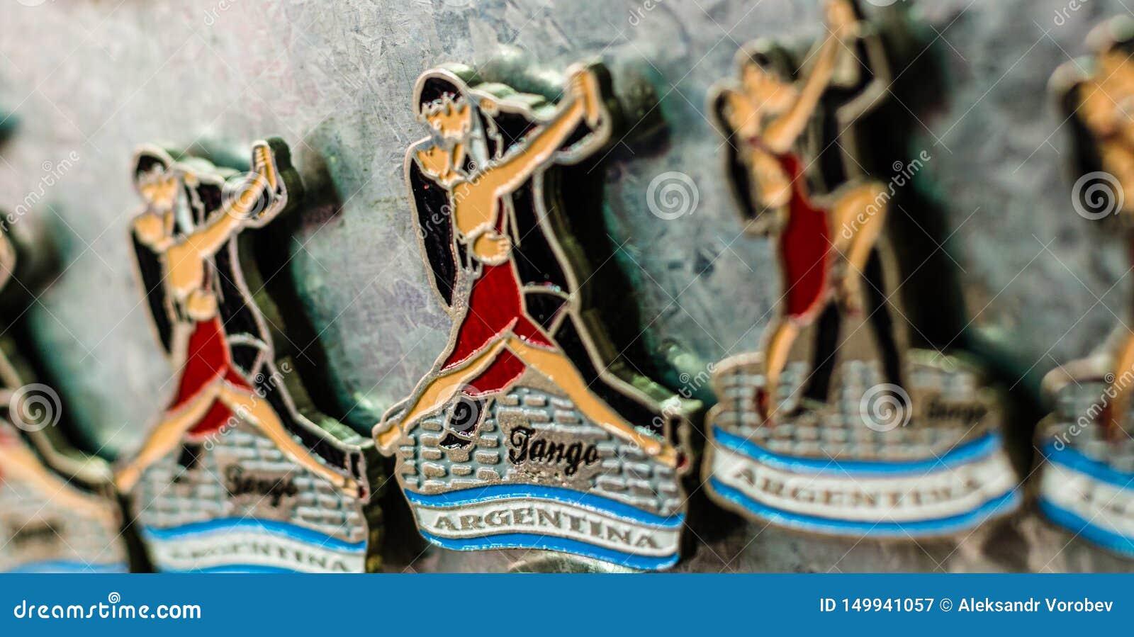 Aimants de r?frig?rateur avec les danseurs traditionnels de tango ? une foire de week-end ? Buenos Aires