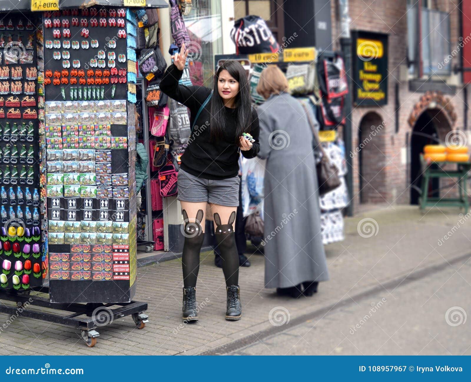 Aimants de souvenir de cueillette de jeune fille à Amsterdam