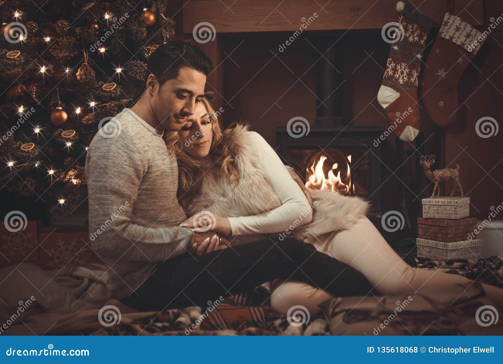 Aimer couplent par le feu de bois à Noël