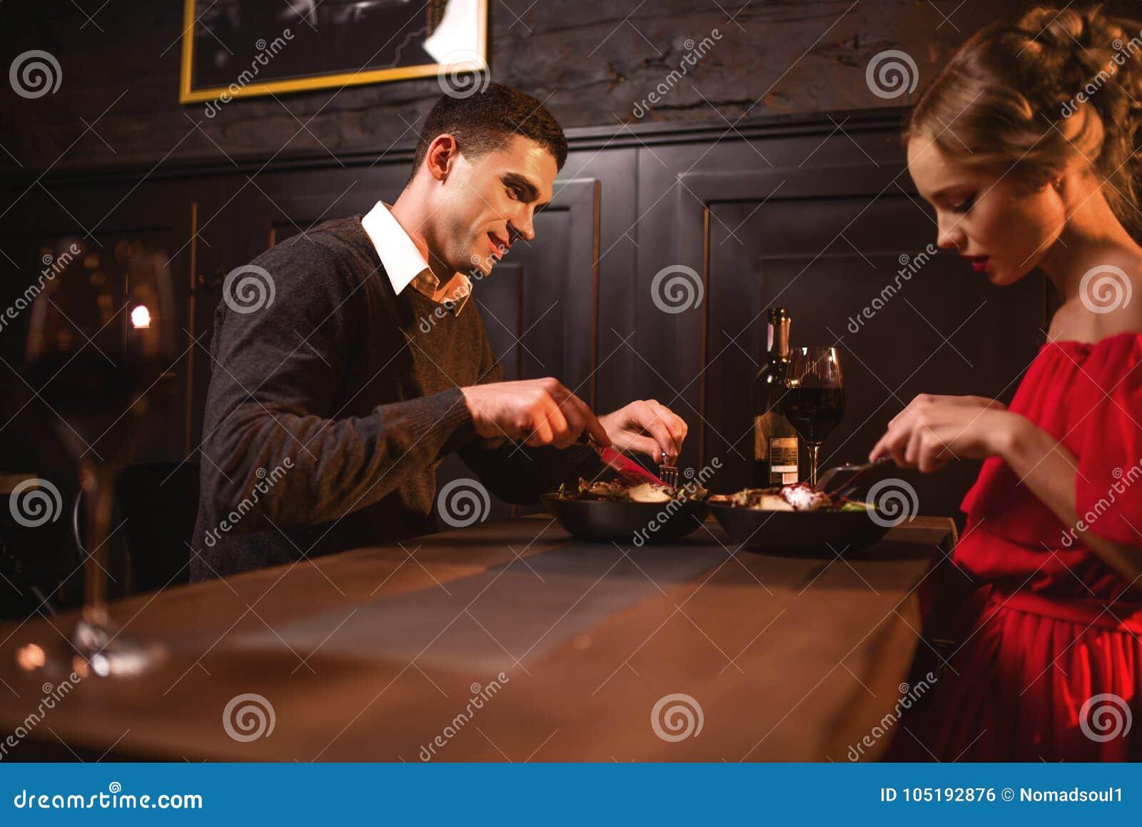 Aimez les couples mangeant dans le restaurant, date romantique