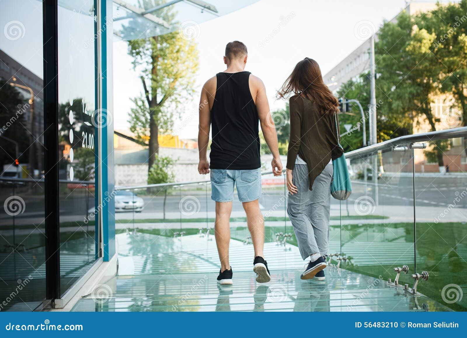 Aimez les jeunes couples sur une promenade dans la ville