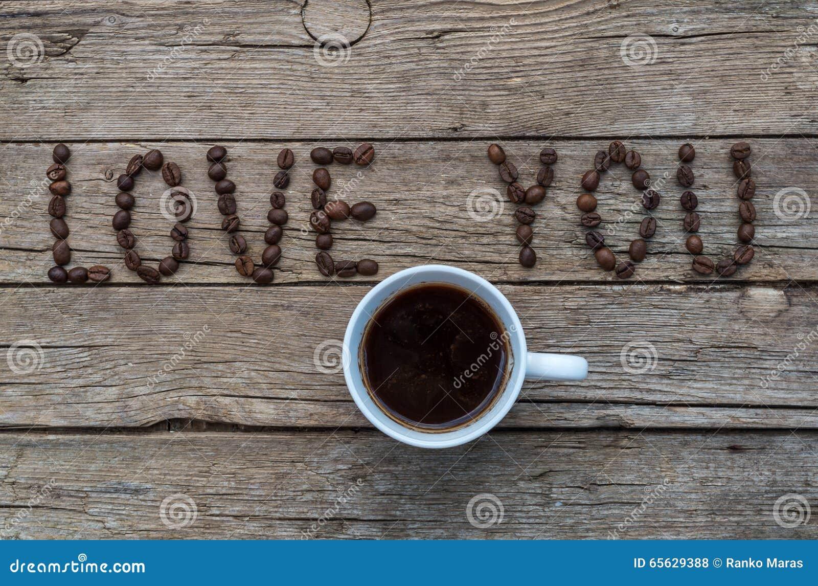 AIMEZ-VOUS des grains de café sur le fond en bois