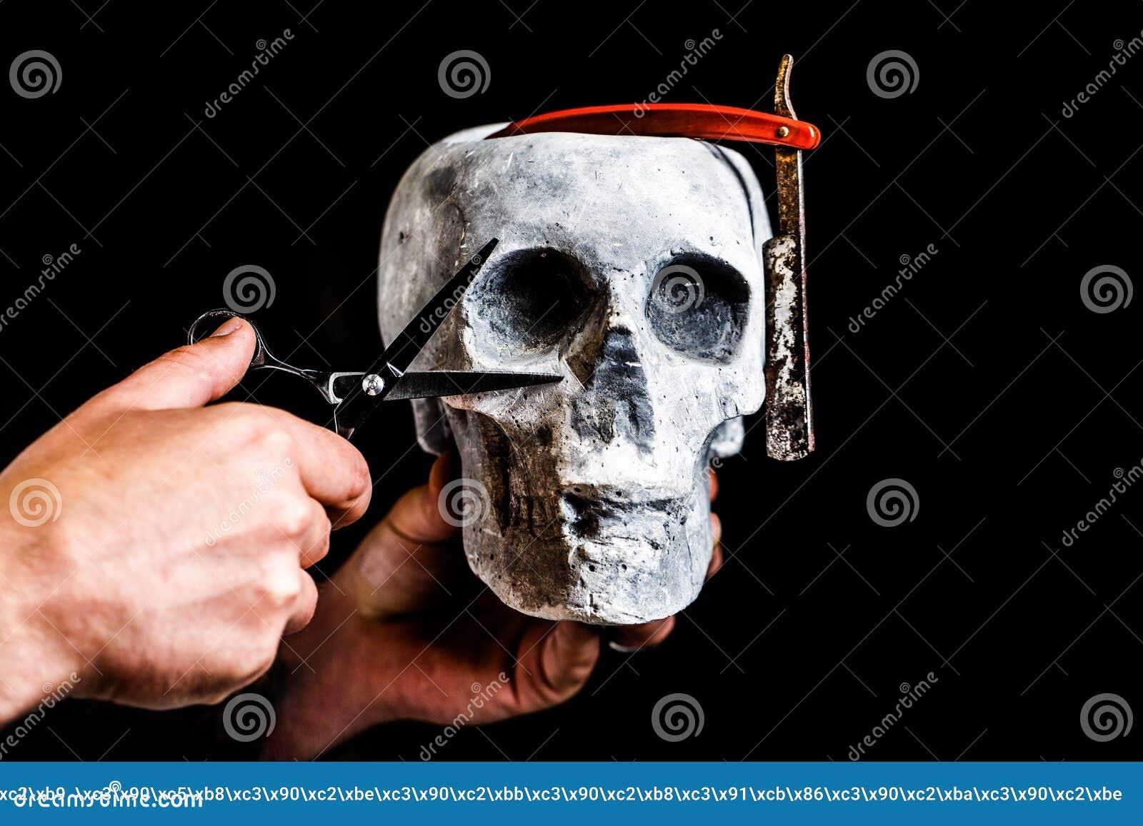 Ainda cr?nio da vida com rapagem de ferramentas Ferramenta da barbearia no fundo preto com espaço da cópia Barbeiro do crânio Bar