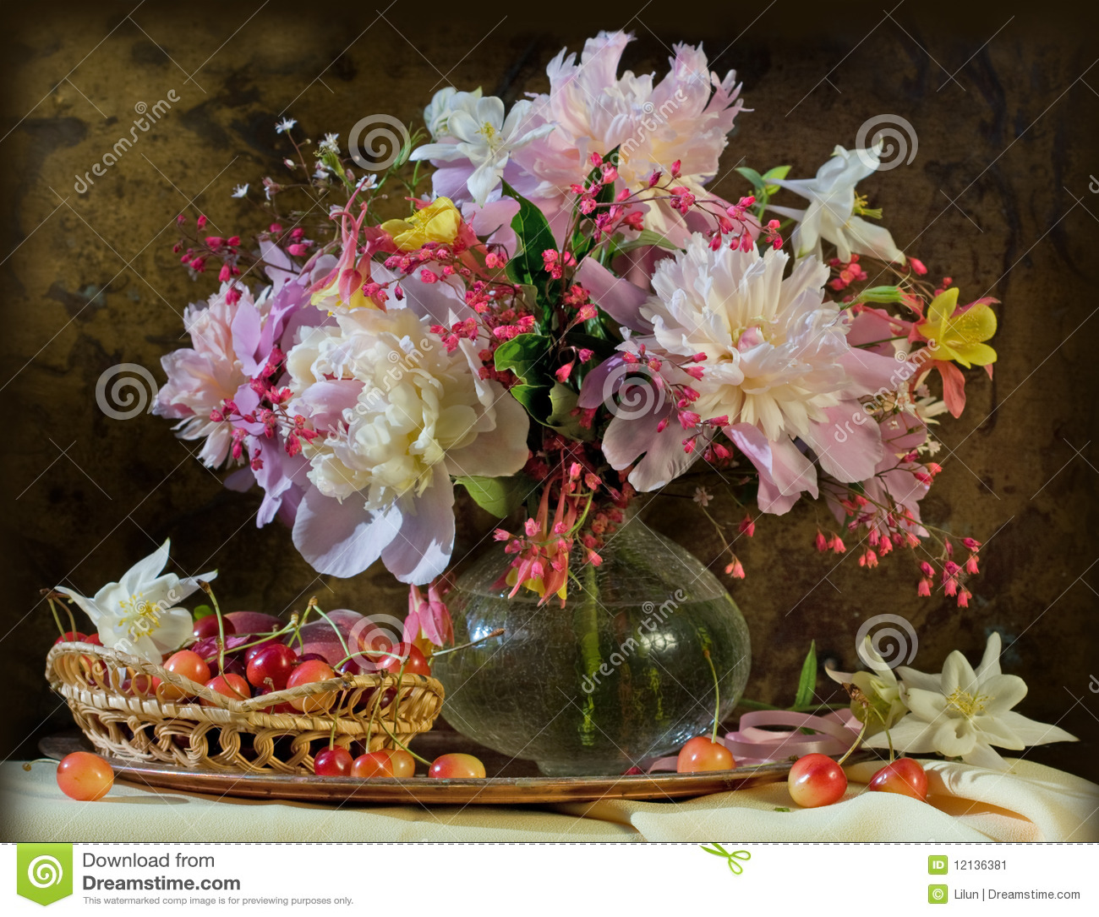 Ainda vida com beleza dos peonies das flores
