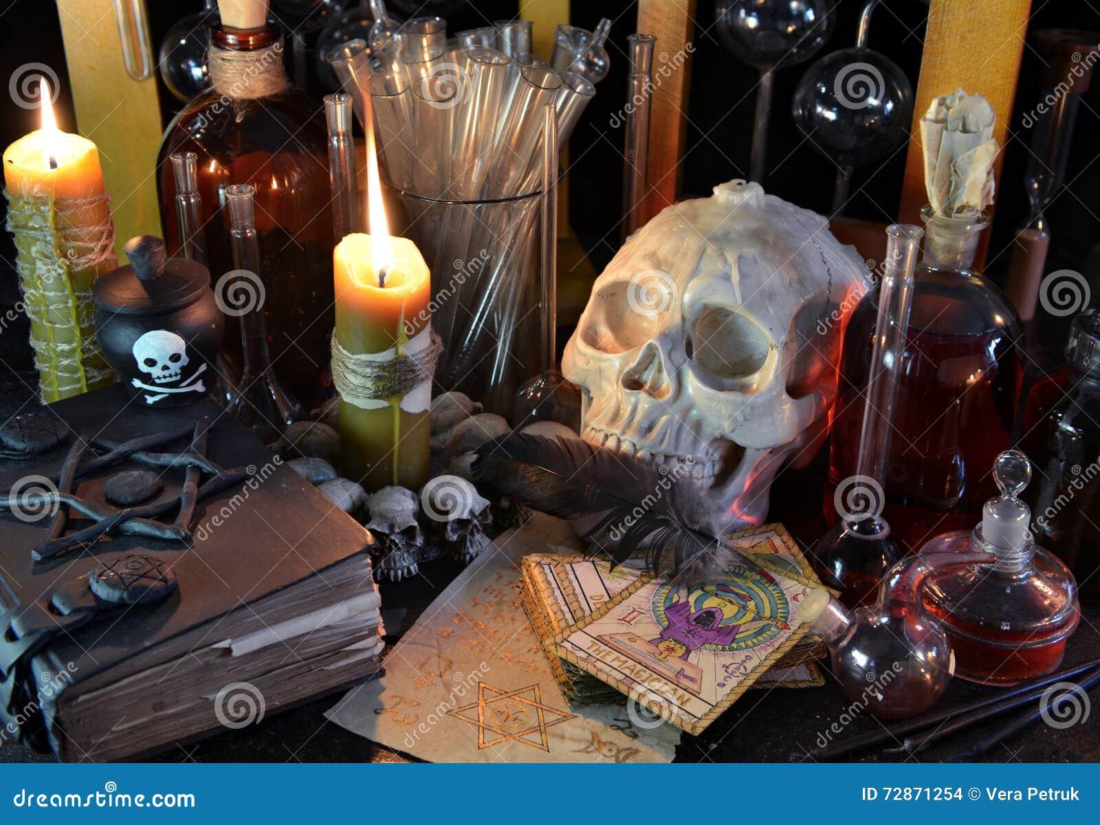 Ainda vida com crânio, cartões de tarô e as garrafas mágicas