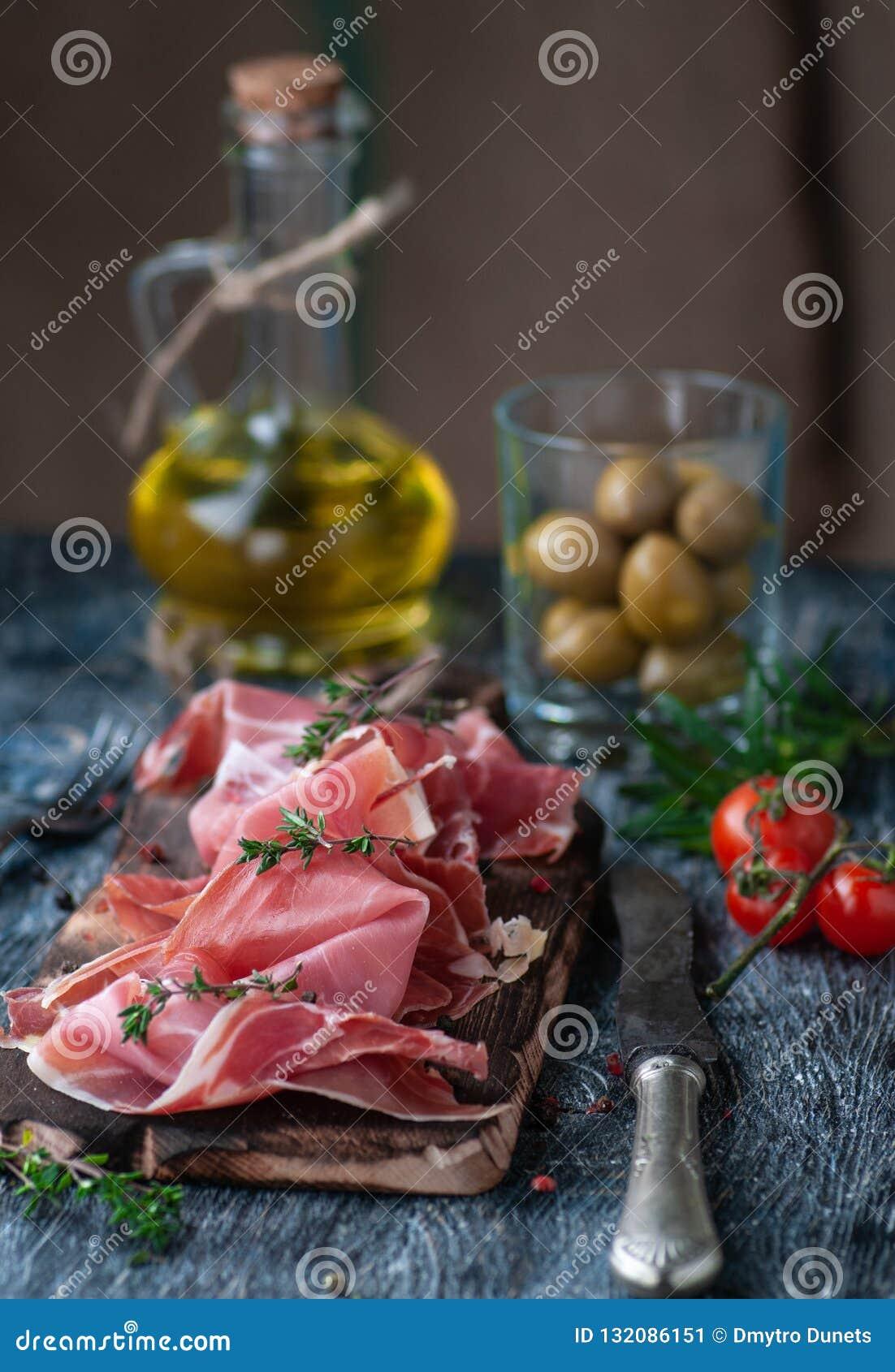 Ainda vida com proshutto descrito em vários ângulos com a adição de ingredientes