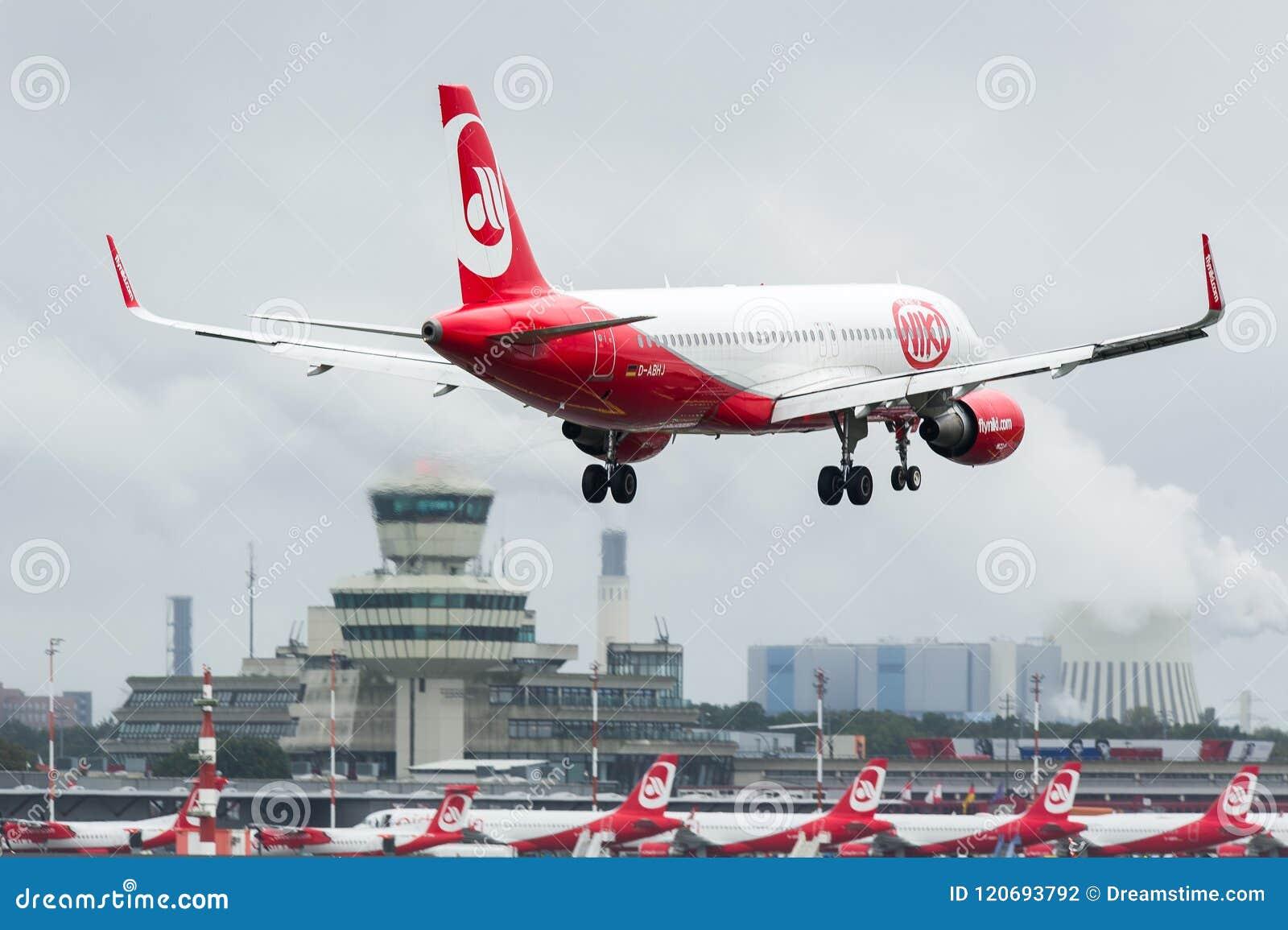 Air Berlin D-ABHJ - Aerobus A320-214 zbliża się Tegel Airpot