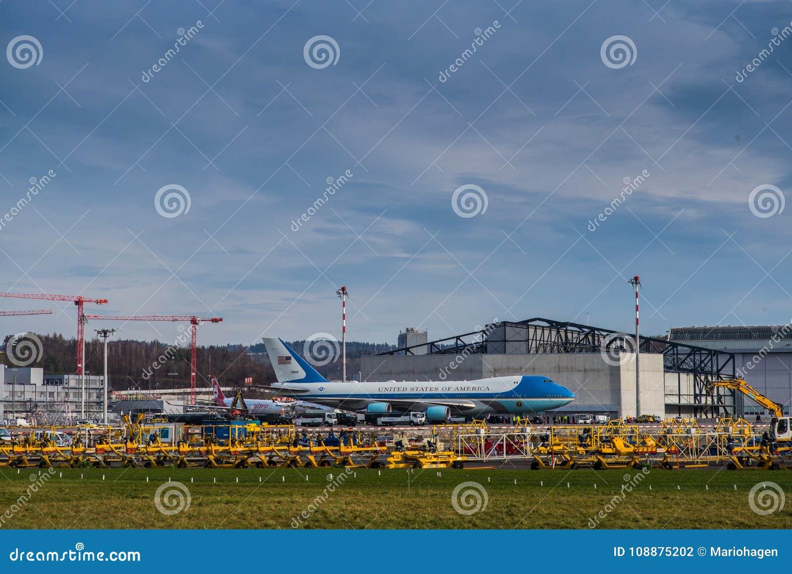 Air Force One parqueó en el aeropuerto de Zurich