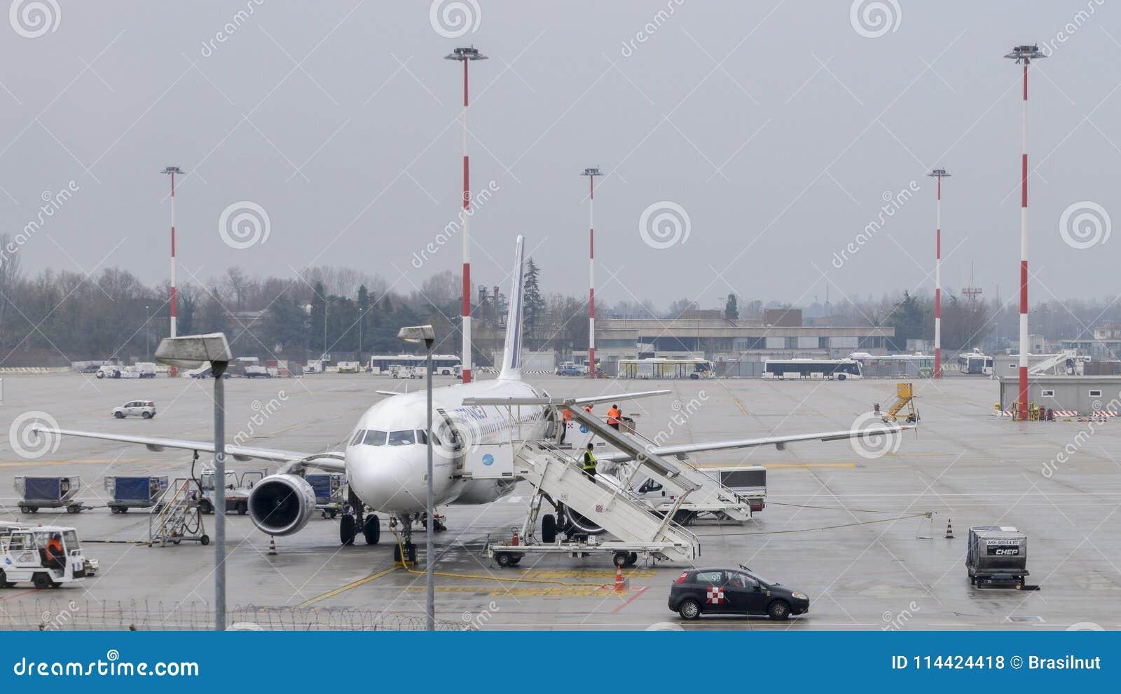 Air France flygplan på grov asfaltbeläggning på Venedig ` s Marco Polo International Airport